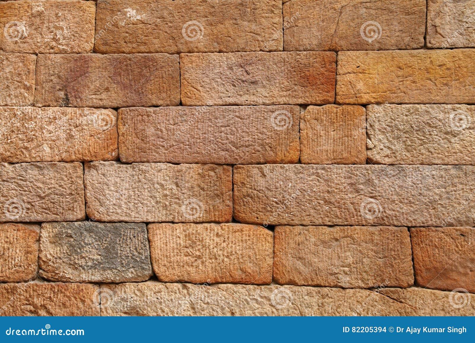 Sandsteinziegelsteinmuster auf der Wand von Qutub Minar