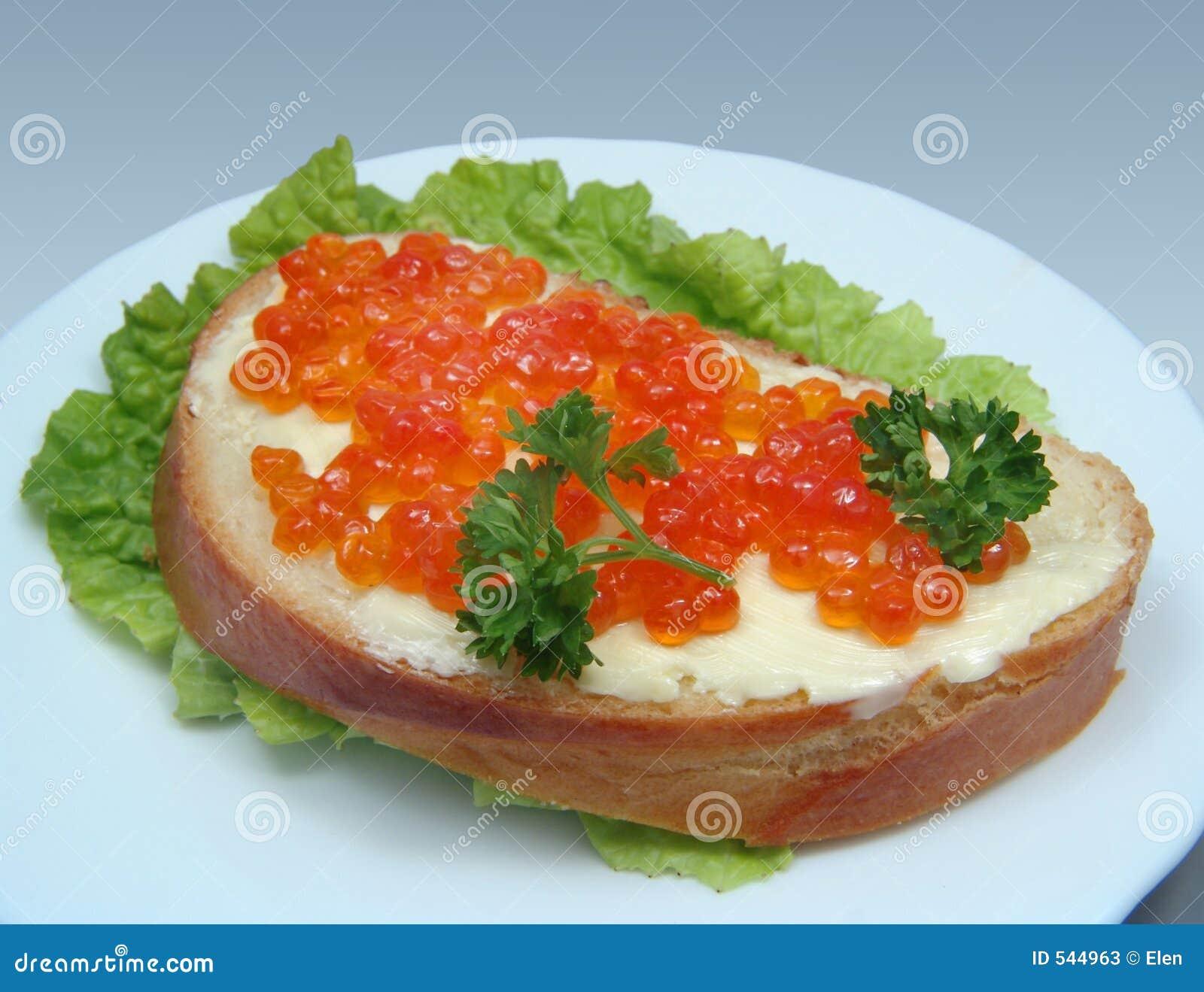 Sanduíche com caviar salmon