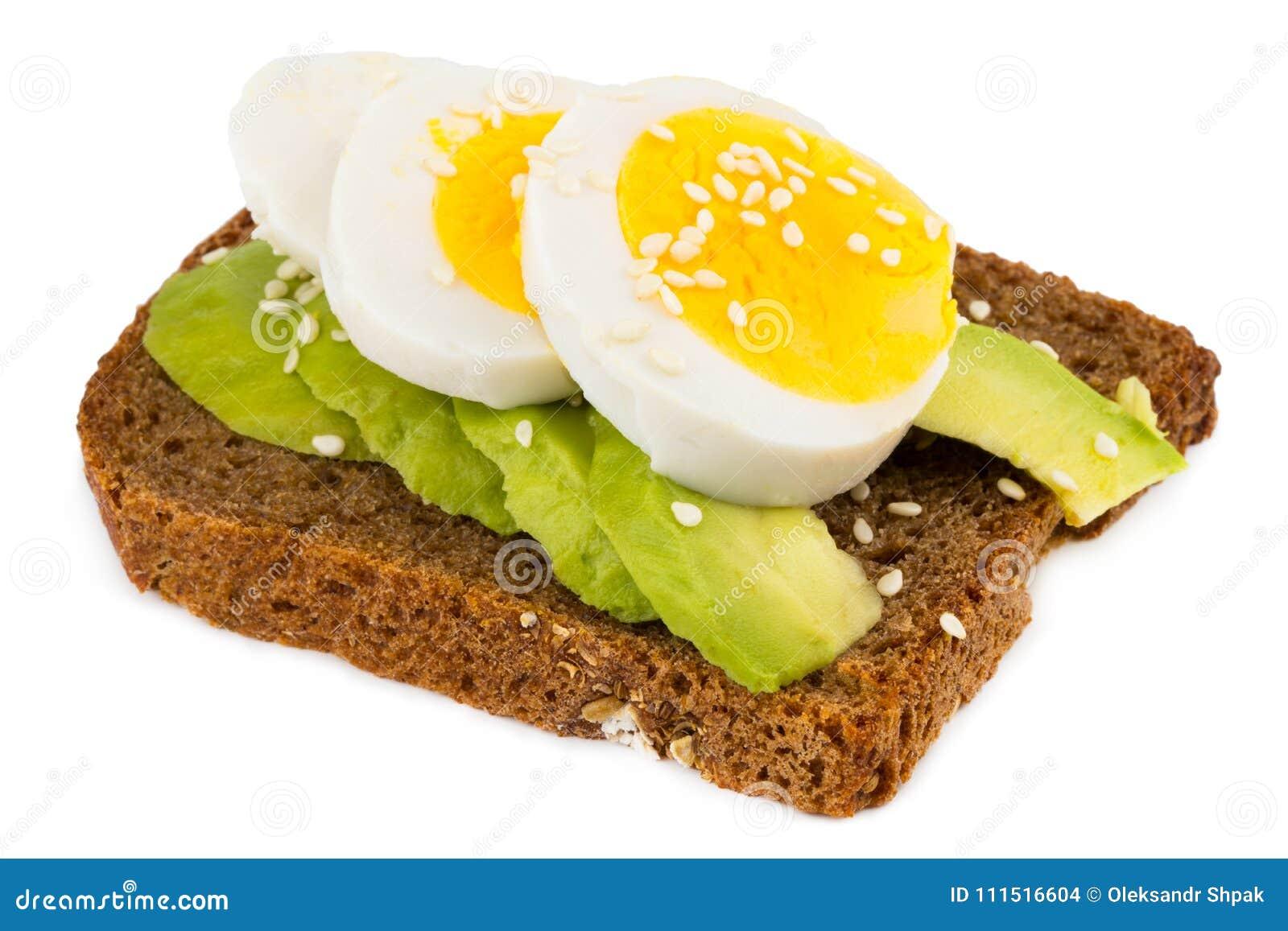 Sanduíche com o abacate e o ovo cozido isolados no branco