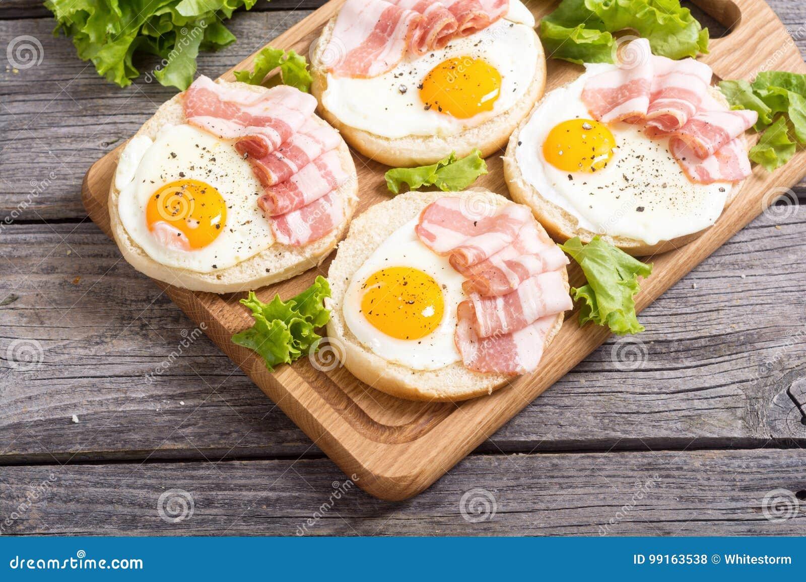 Sanduíche com ovos e bacon