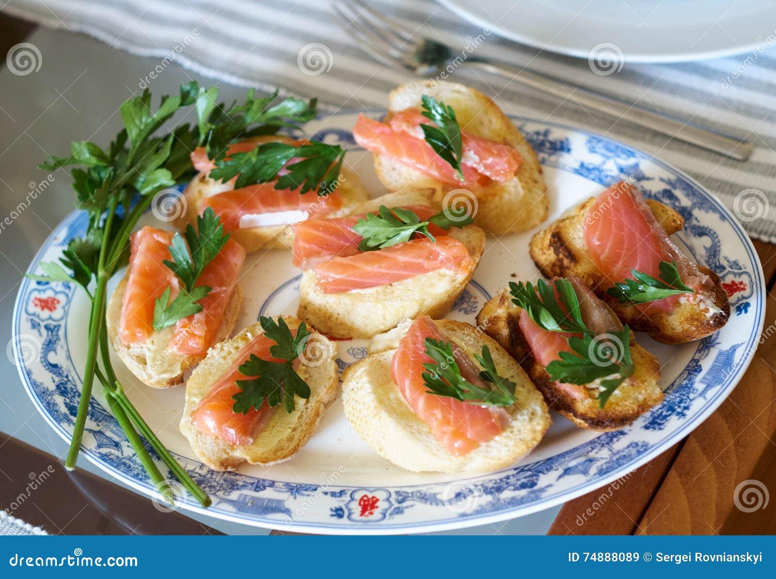 Sanduíche com peixes vermelhos canape salmon na tabela de bufete