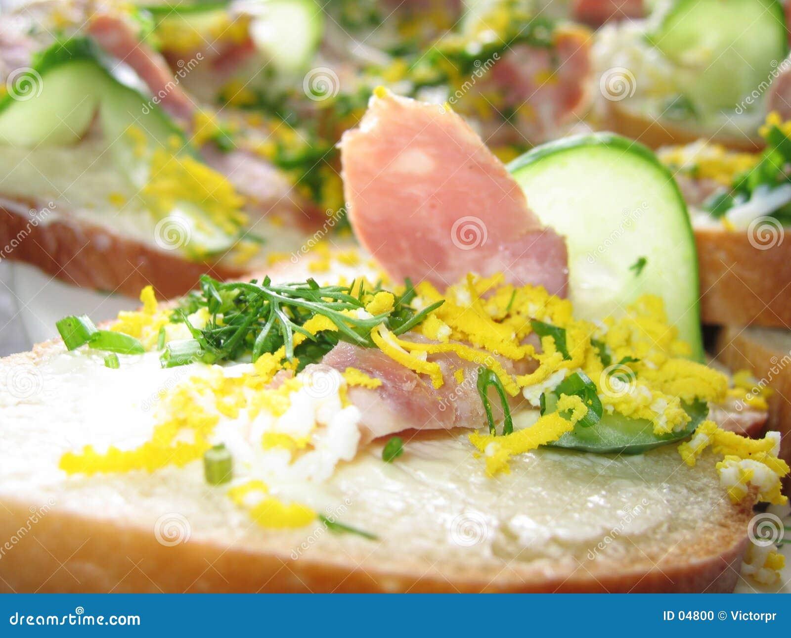 Sanduíche com presunto e pepino