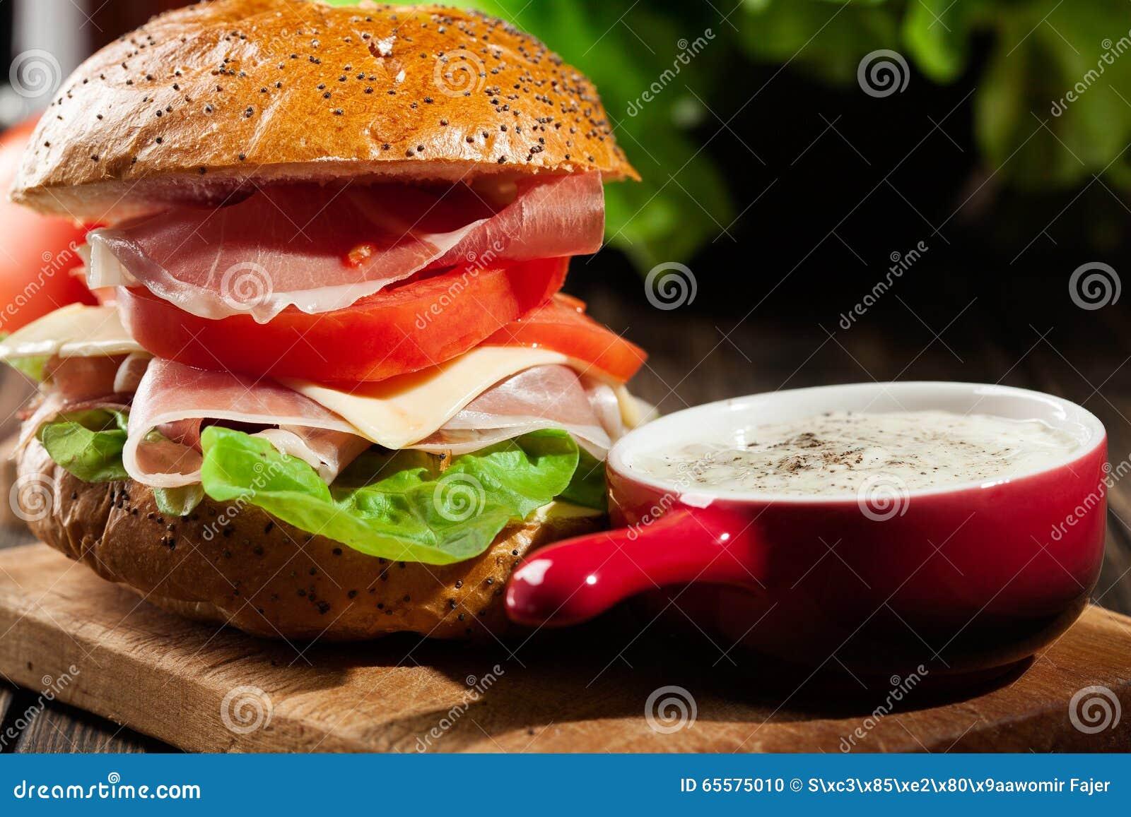 Sanduíche delicioso com presunto, queijo e vegetais de prosciutto