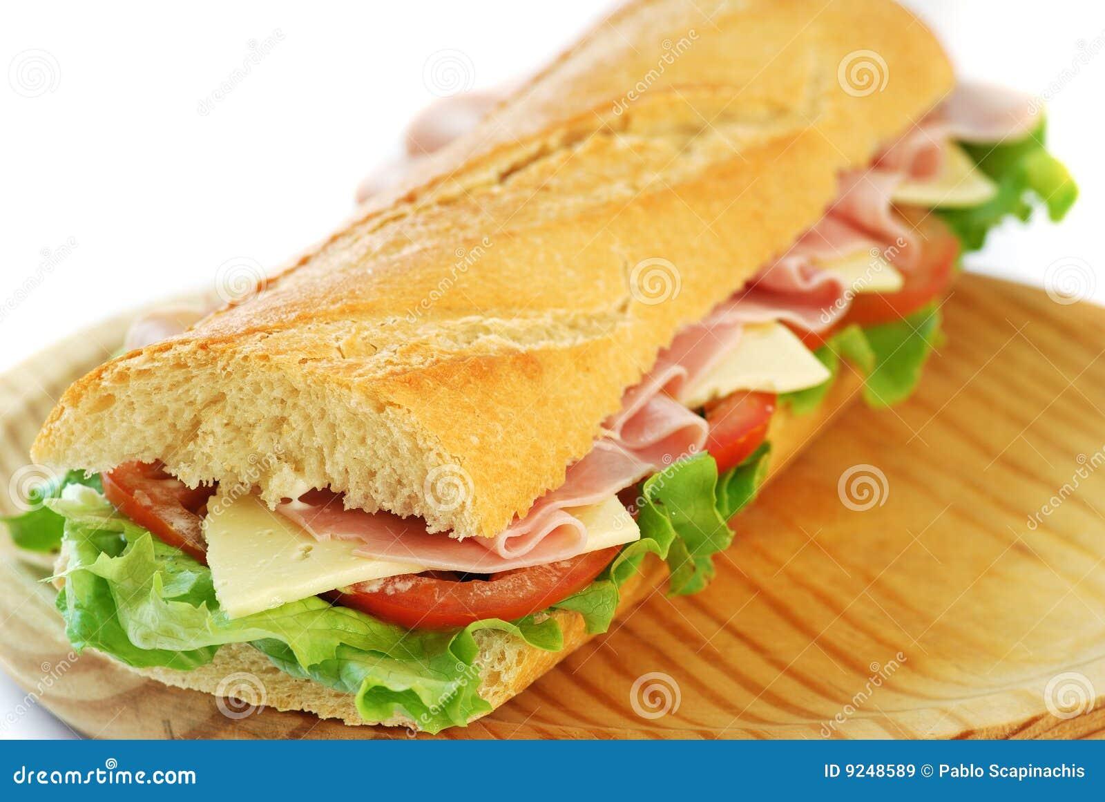 Sanduíche do Baguette com presunto e queijo