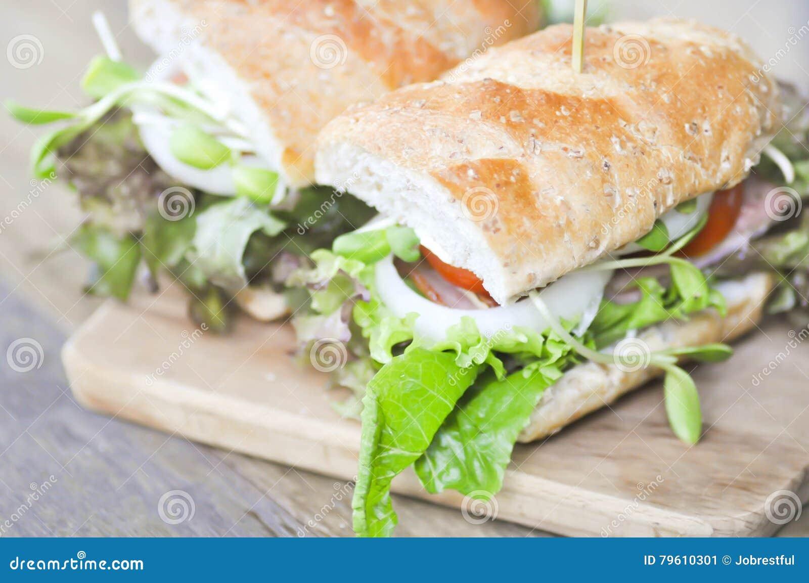 Sanduíche do Baguette com presunto, tomate, e alface