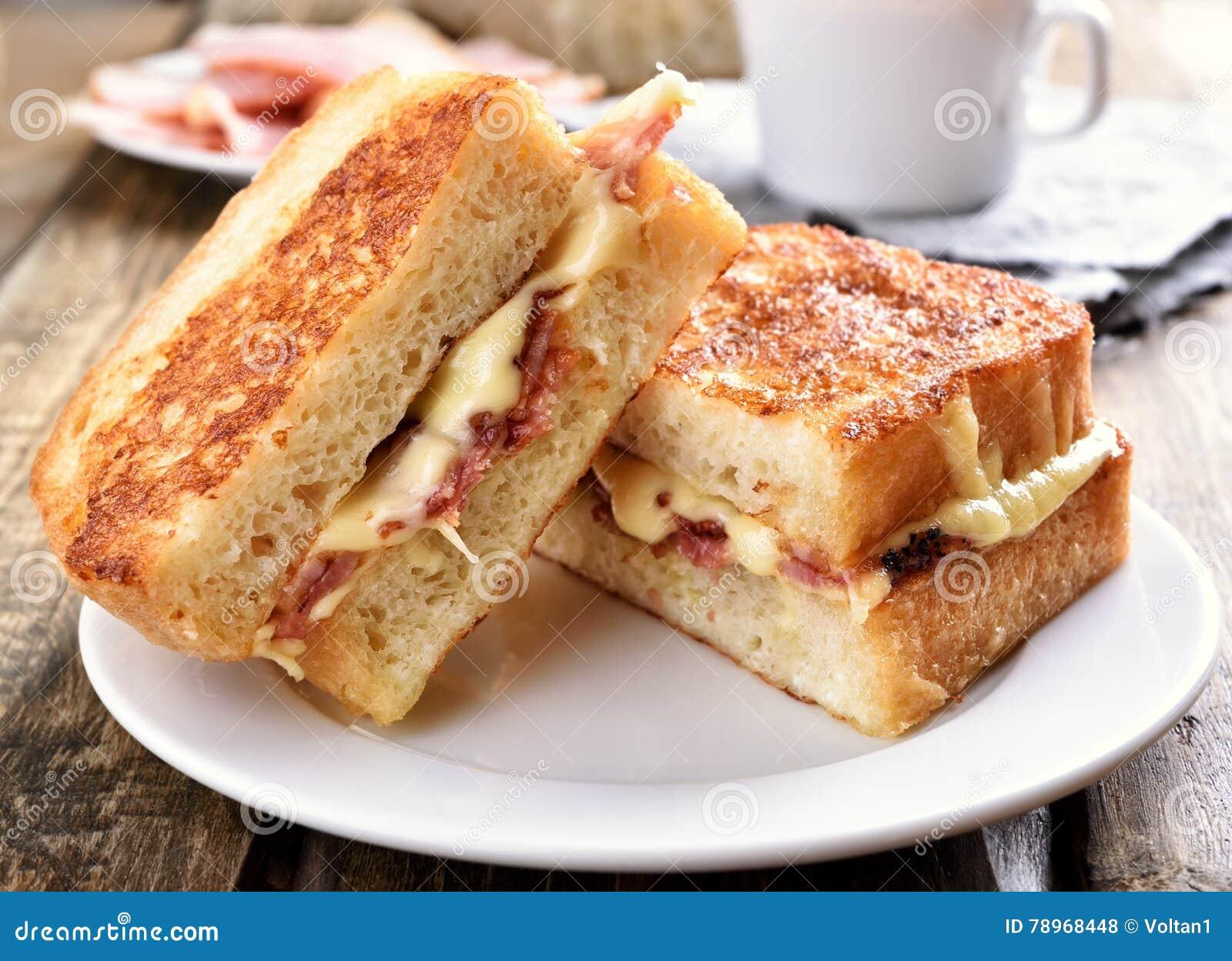 Sanduíche do brinde com queijo e bacon
