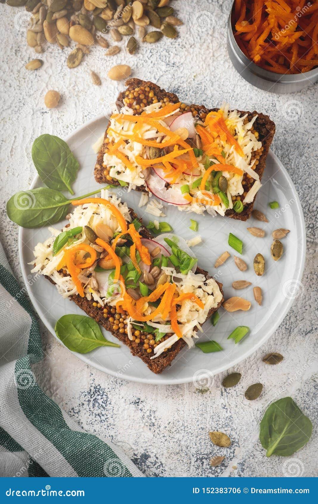 Sanduíche do pão com queijo e vegetais, café da manhã saudável, alimento do vegetariano,