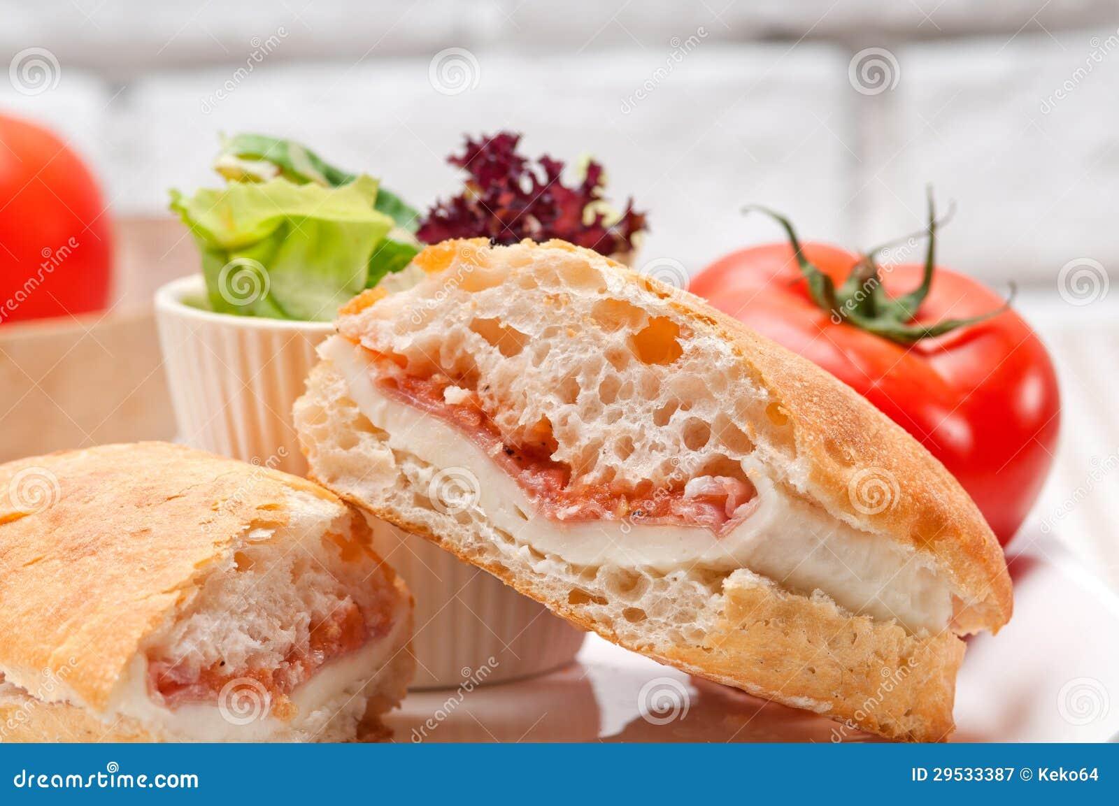 Sanduíche do panini de Ciabatta com presunto e tomate de parma