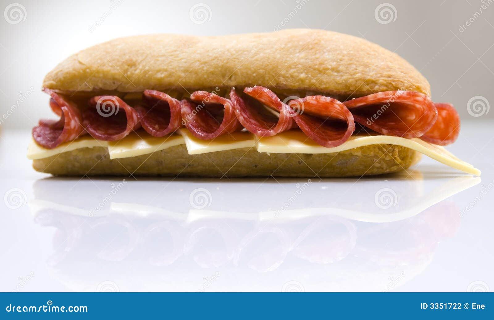 Sanduíche do Salami e do queijo