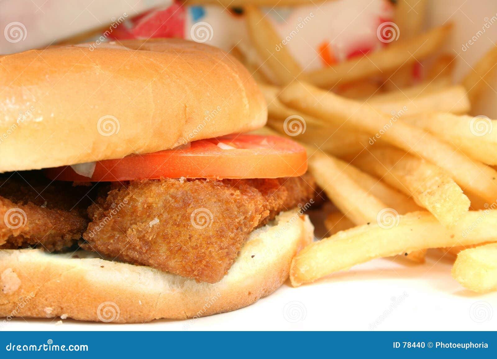 Sanduíche e fritadas fritados friáveis dos peixes