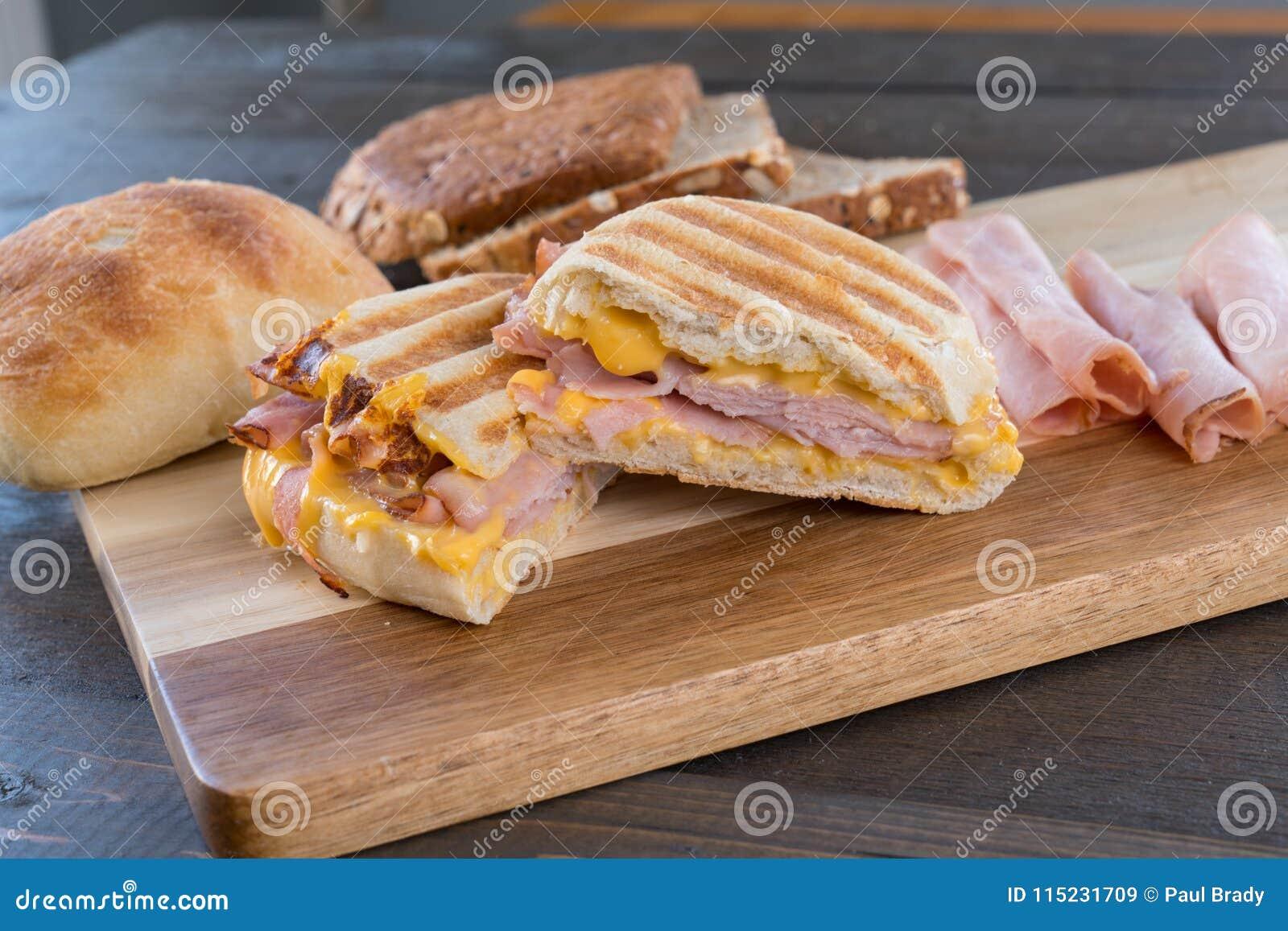 Sanduíche grelhado cortado de Panini do presunto e do queijo