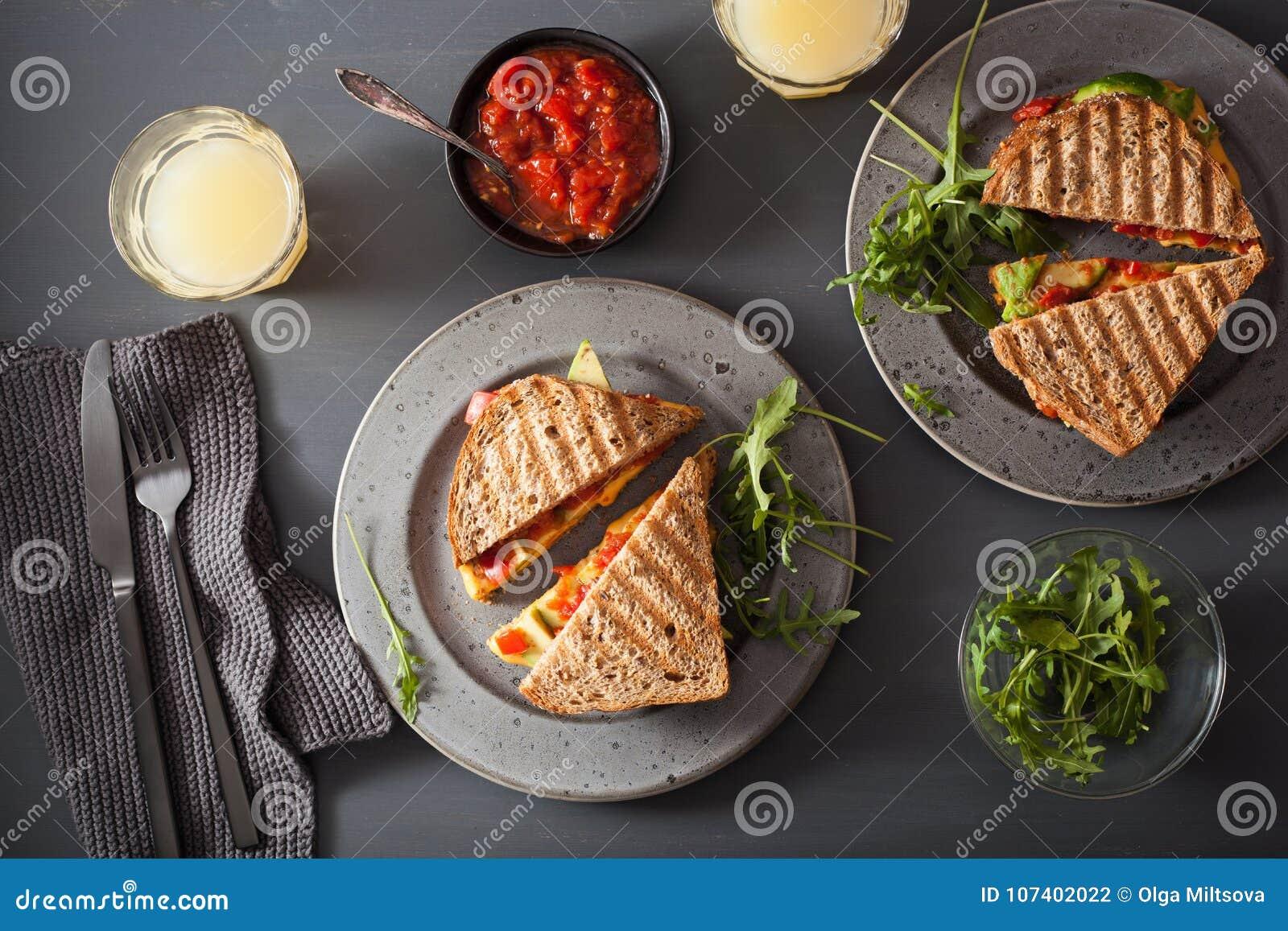 Sanduíche grelhado do queijo com abacate e tomate