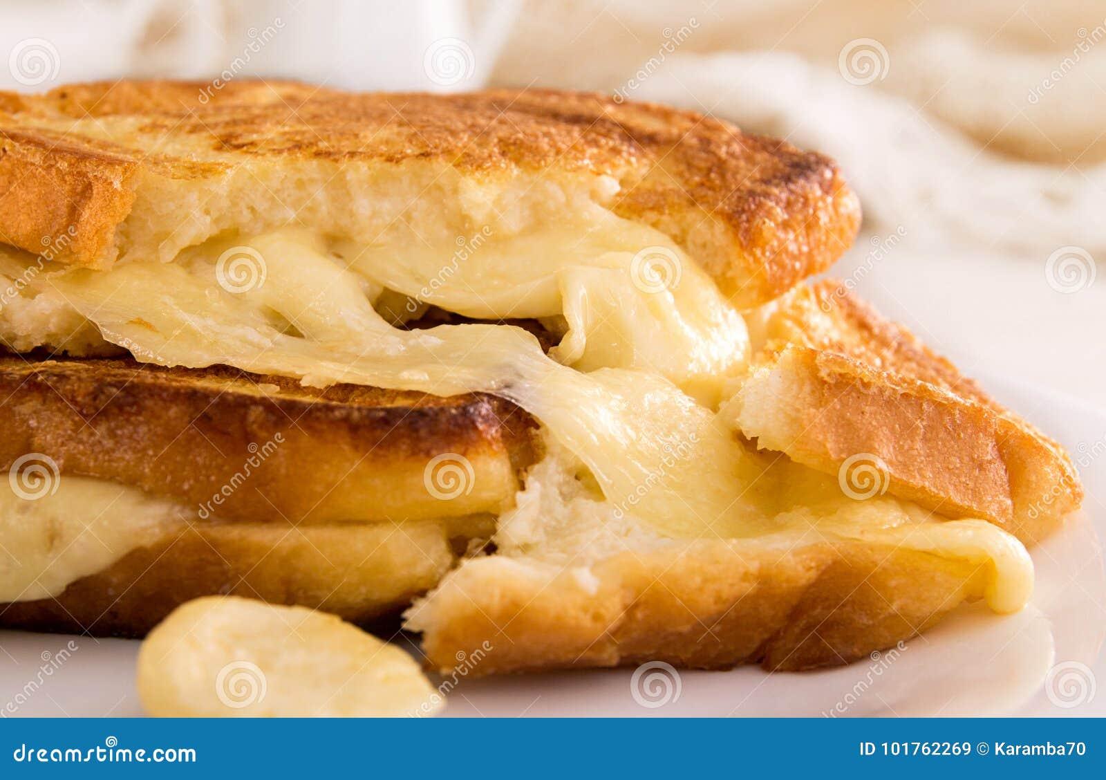 Sanduíche italiano do brinde com pão branco e mozzarella franco