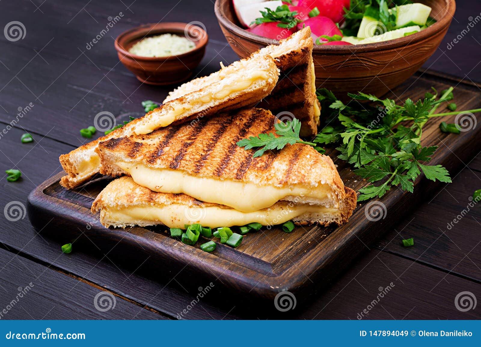 Sanduíche quente americano do queijo Sandu?che grelhado caseiro do queijo