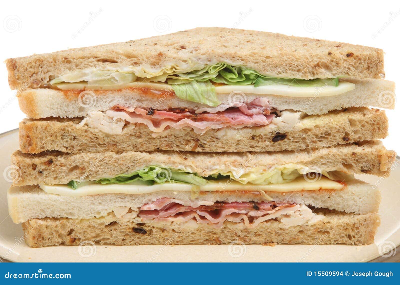 Sanduíche triplo com bacon, galinha & queijo