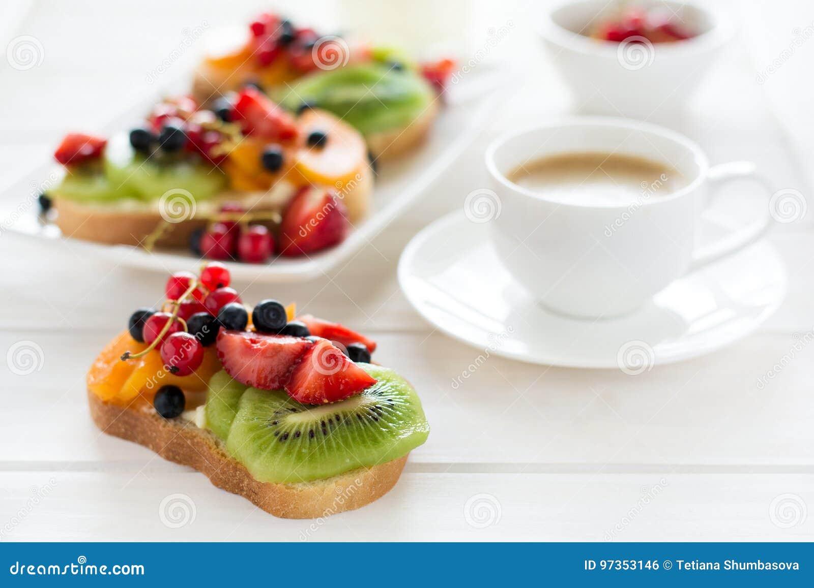 Sanduíches da sobremesa do café e do fruto com queijo da ricota, quivi, abricó, morango, mirtilo e o corinto vermelho