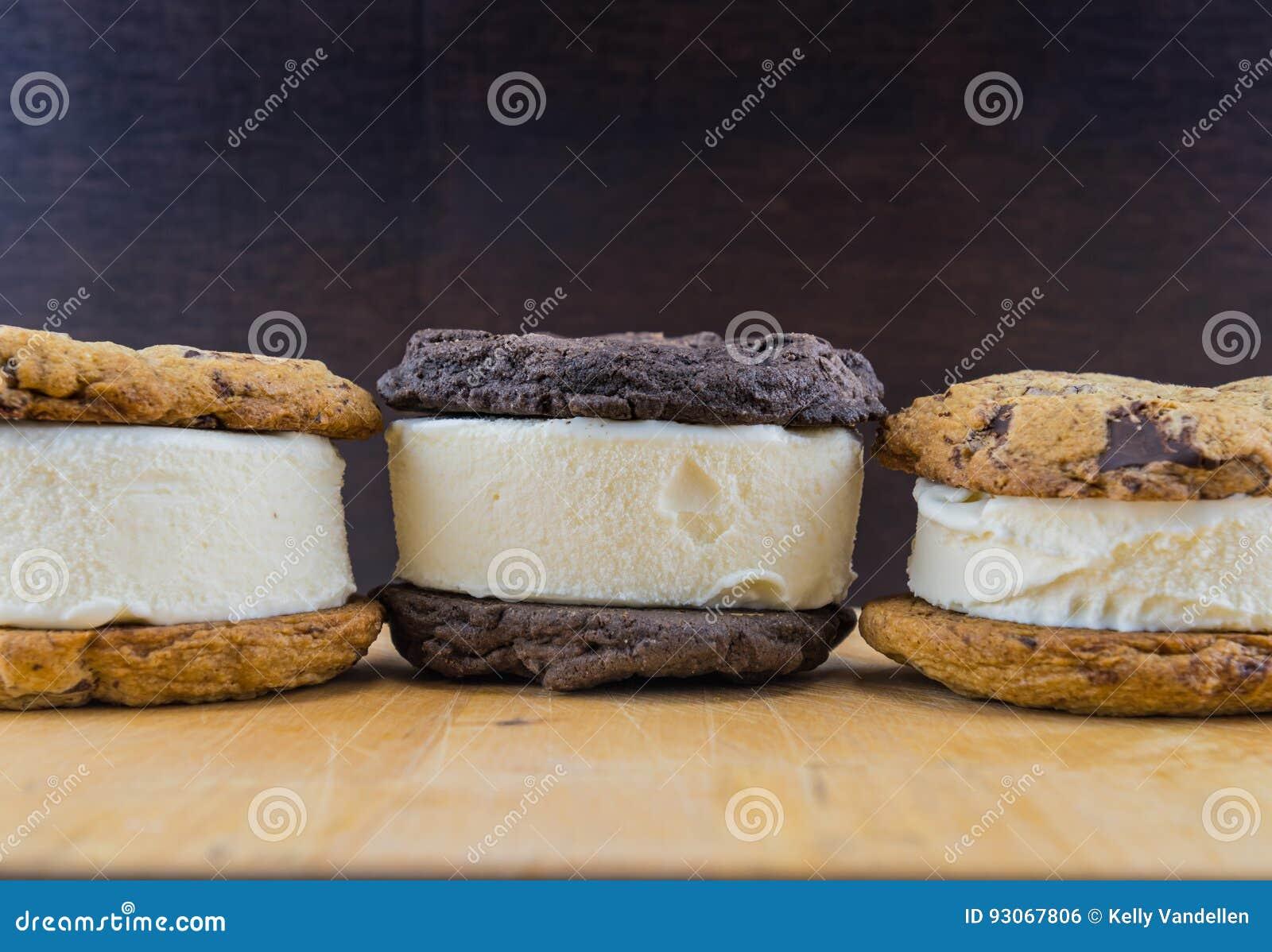 Sanduíches do gelado na tabela de madeira