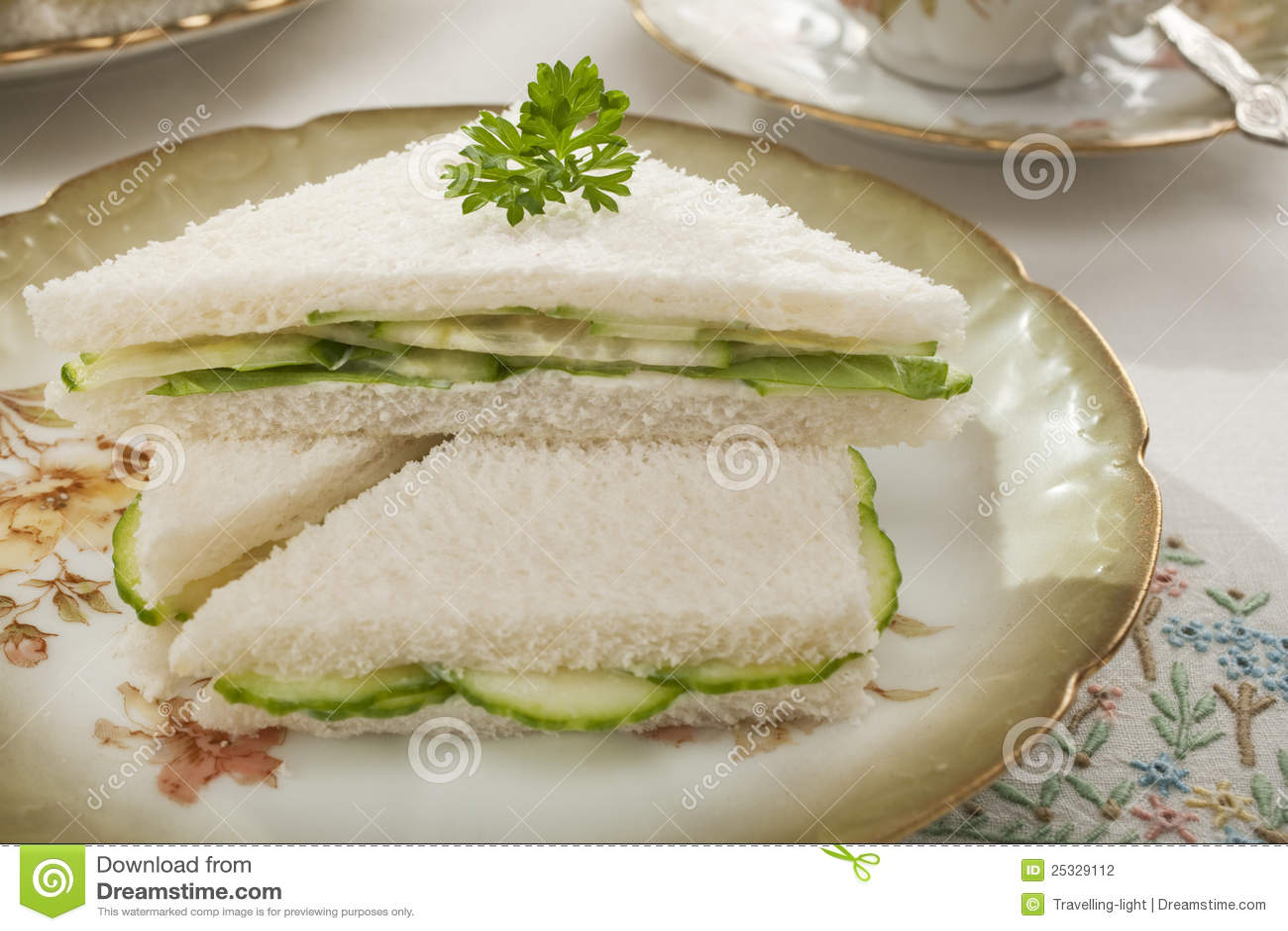 Sanduíches do pepino na louça antiquado