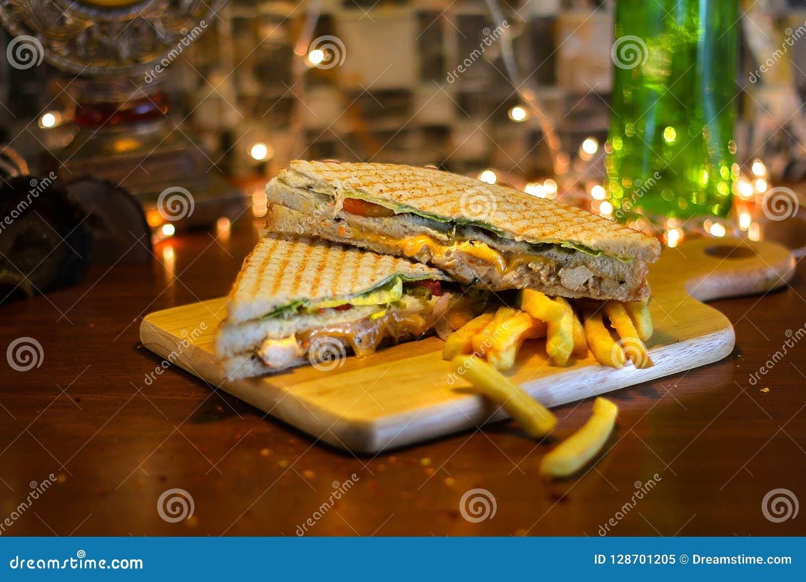 Sandwich à club de poulet avec des pommes frites