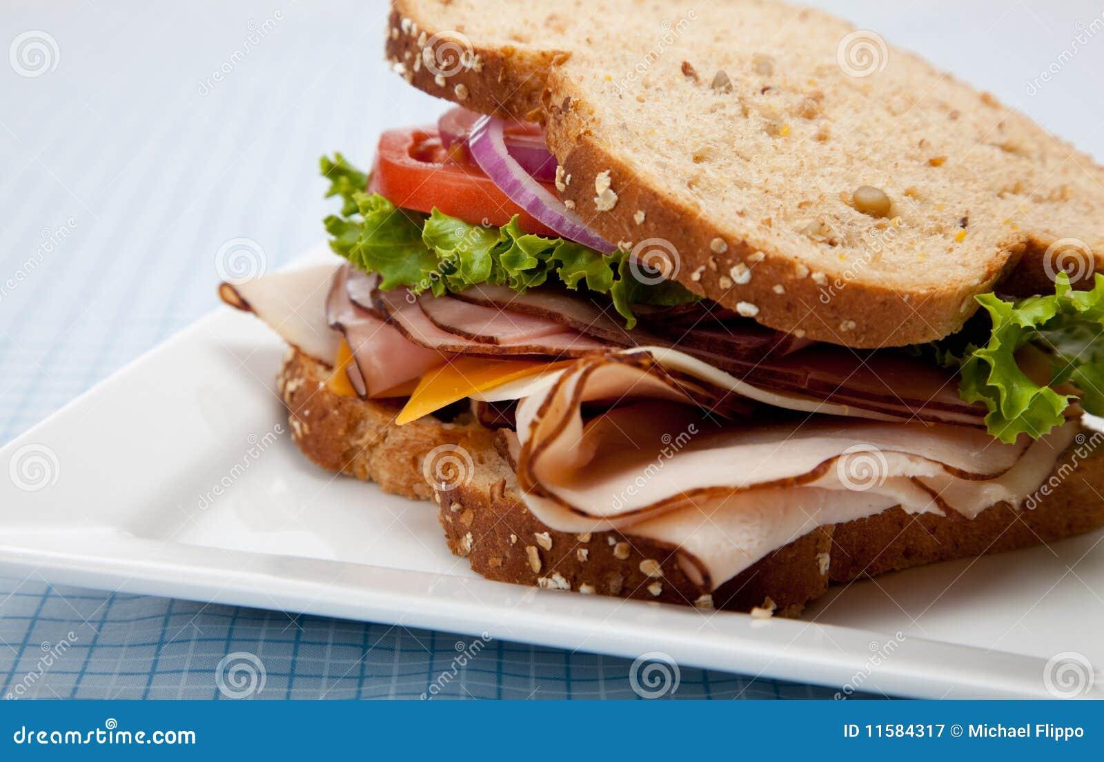 Sandwich à Turquie sur le pain entier de texture