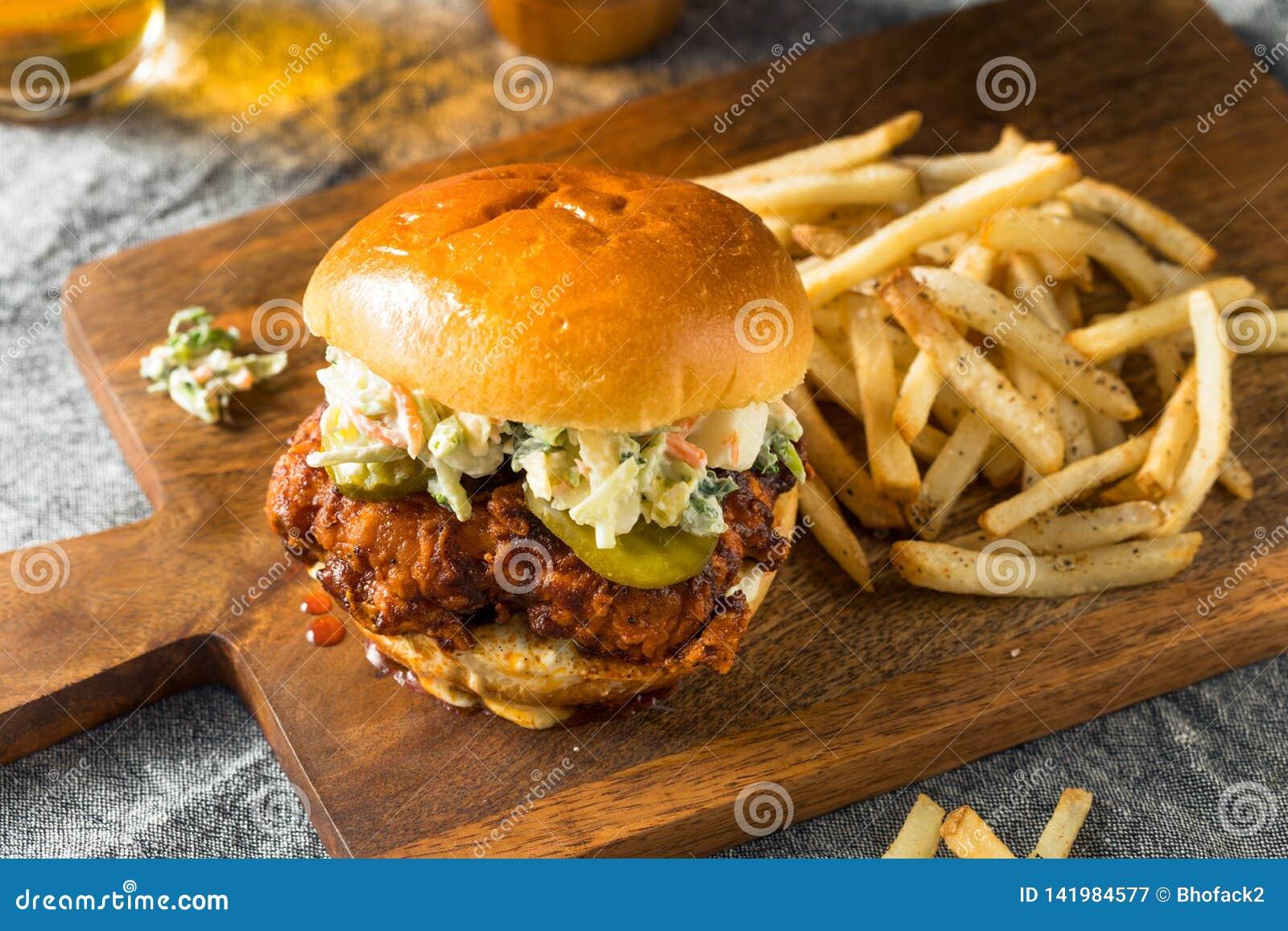 Sandwich au poulet chaud épicé fait maison de Nashville