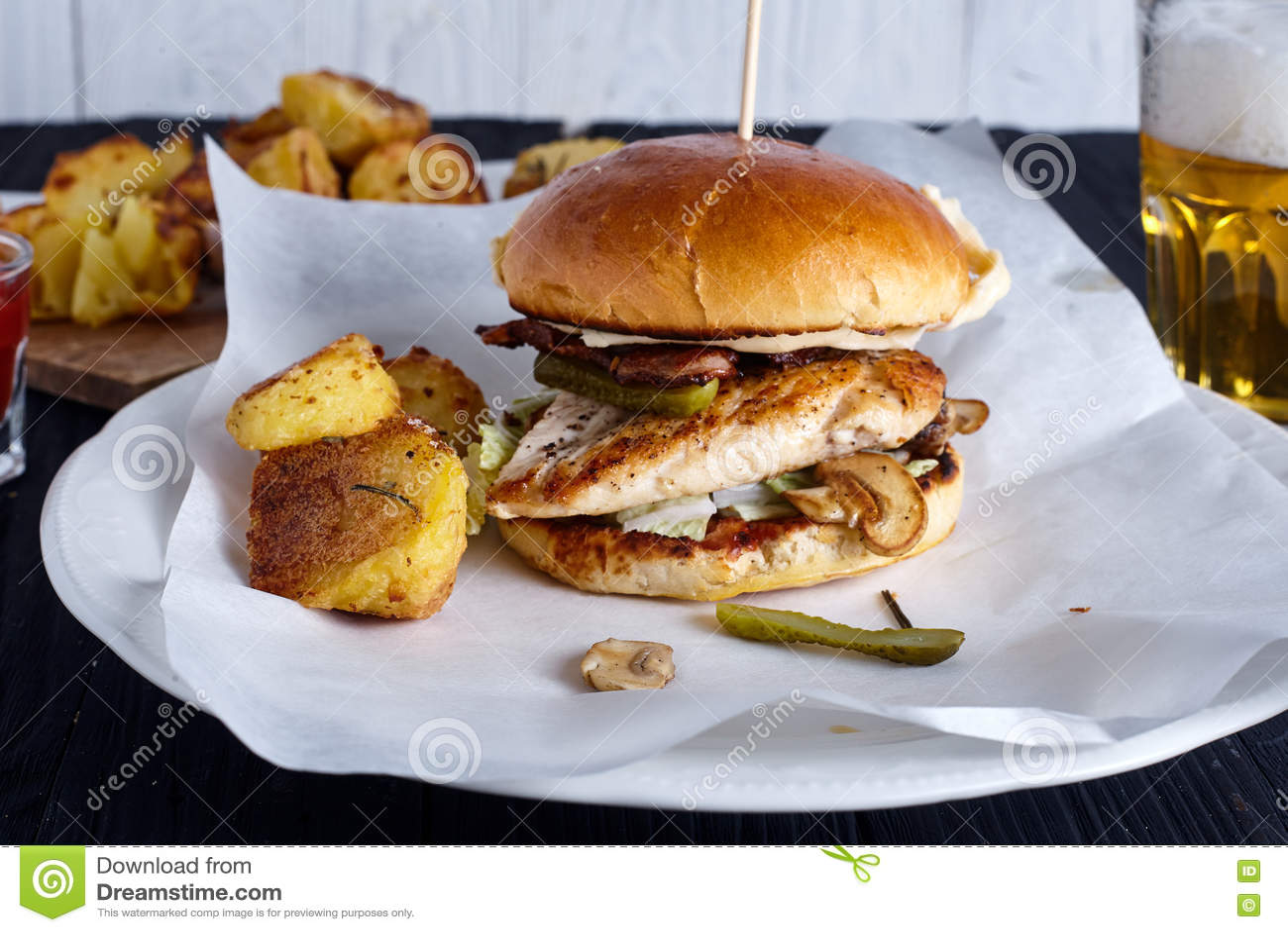 Sandwich au poulet fait maison avec des champignons
