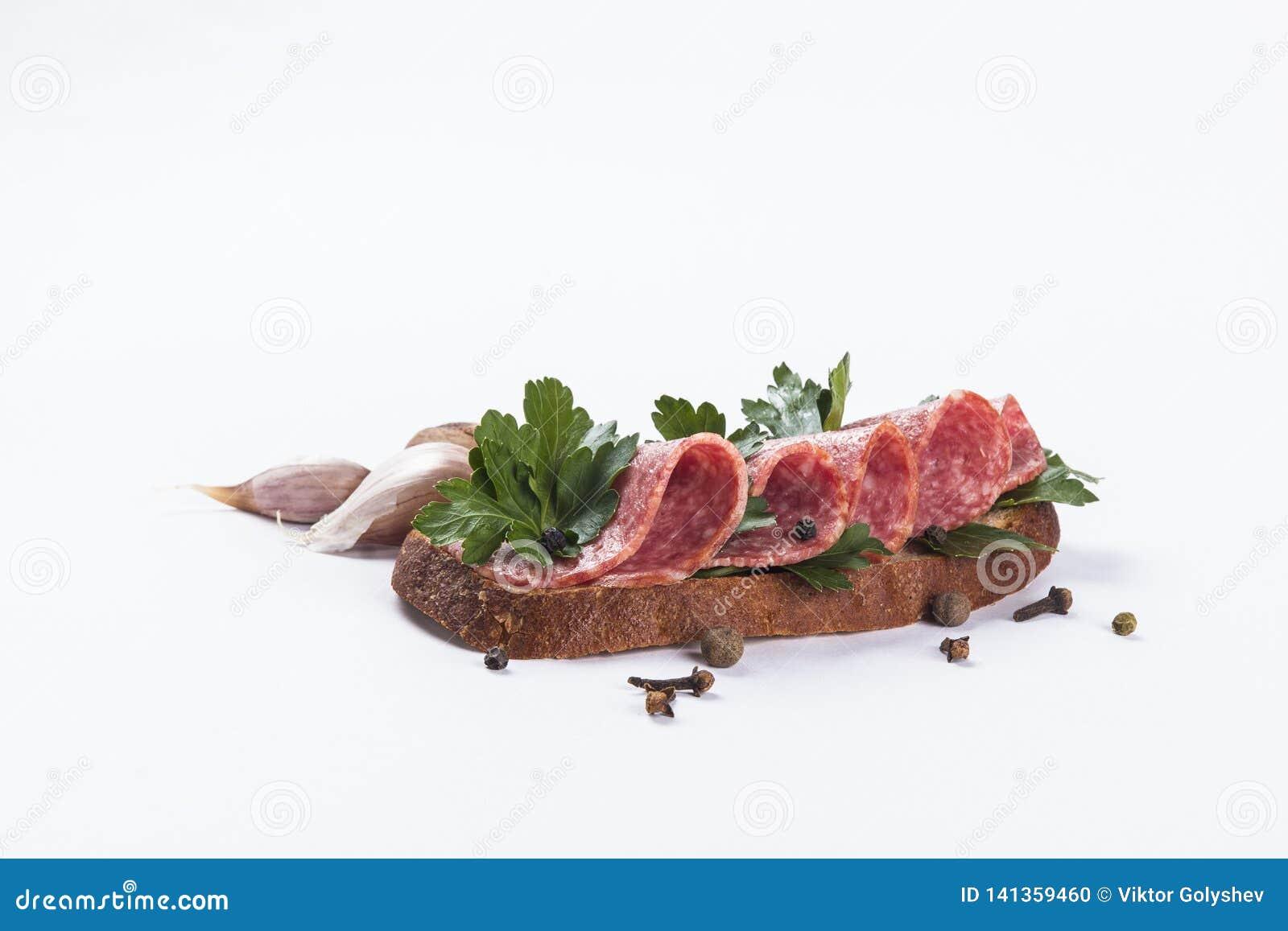 Sandwich auf weißer bakcground Salami