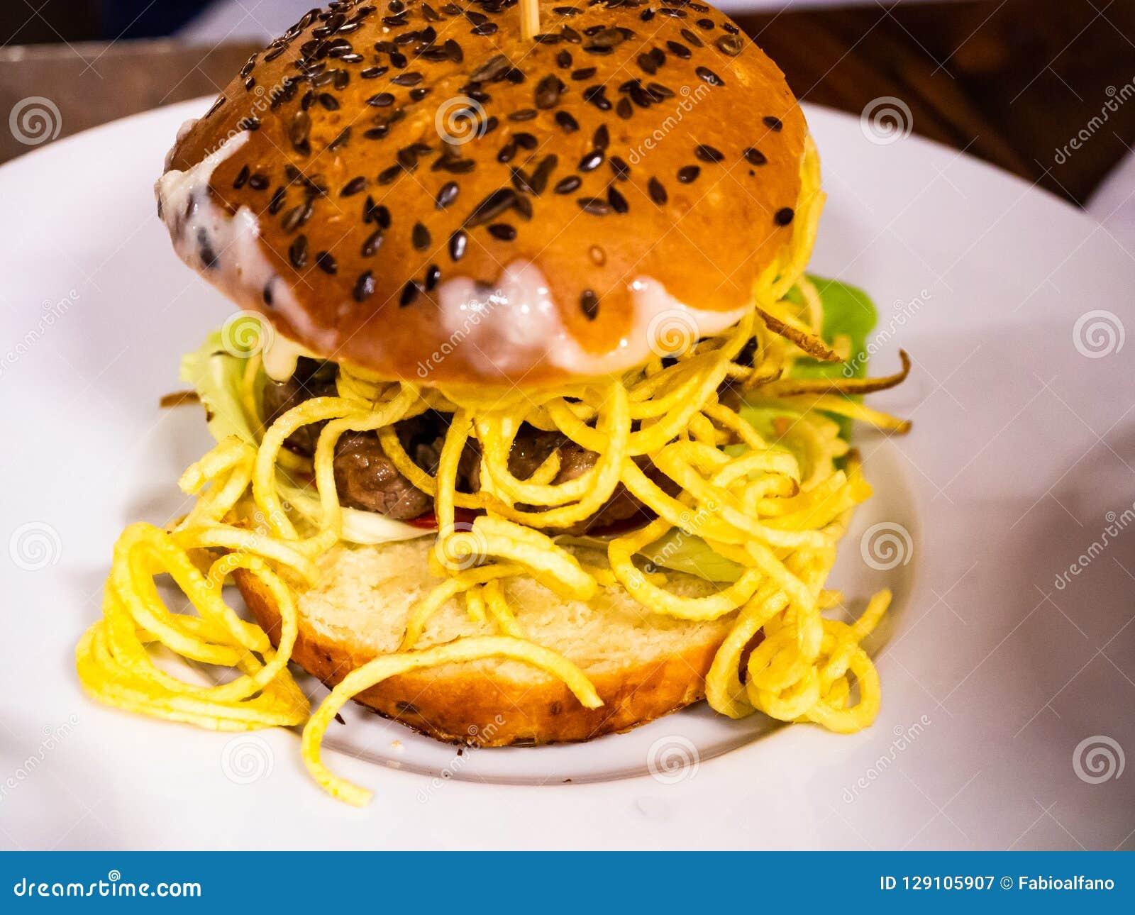 Sandwich avec l hamburger de boeuf et les un bon nombre de fritures