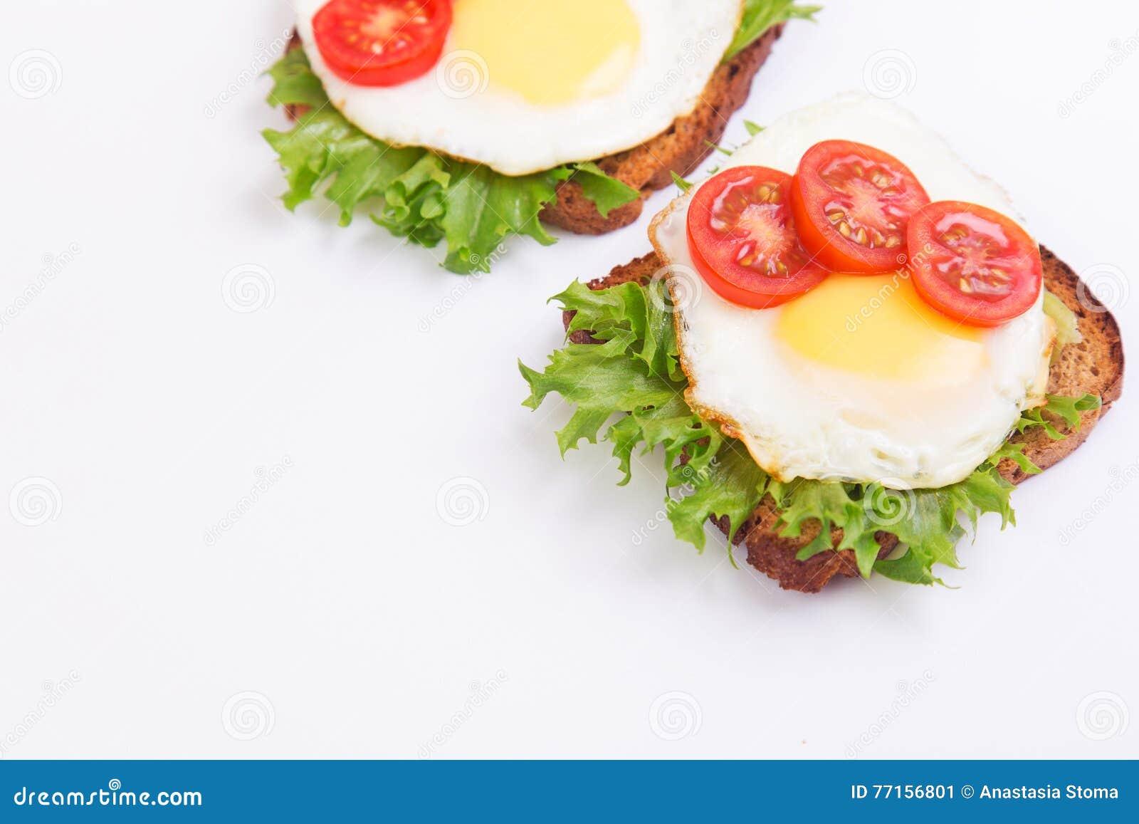 Sandwich avec l oeuf, la salade et les tomates