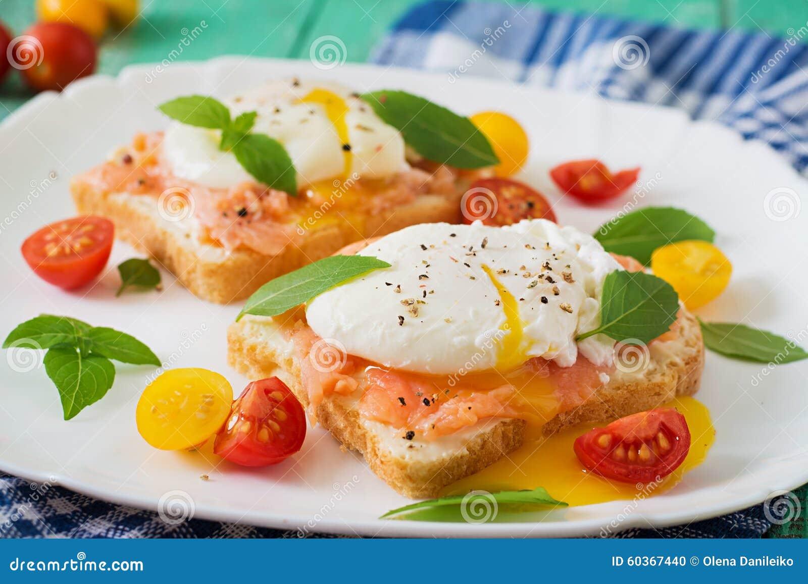 Sandwich avec les oeufs pochés avec des saumons