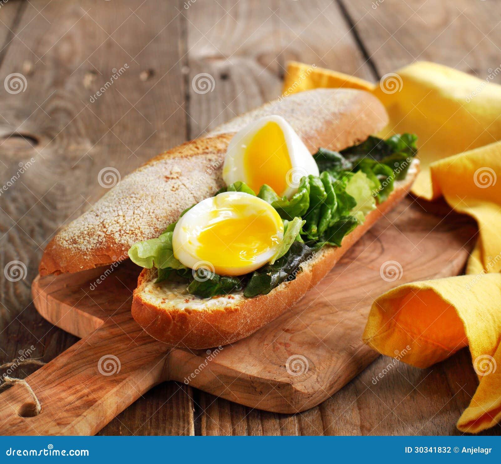 Sandwich des weich gekocht Eis mit grünem Salat und Majonäse