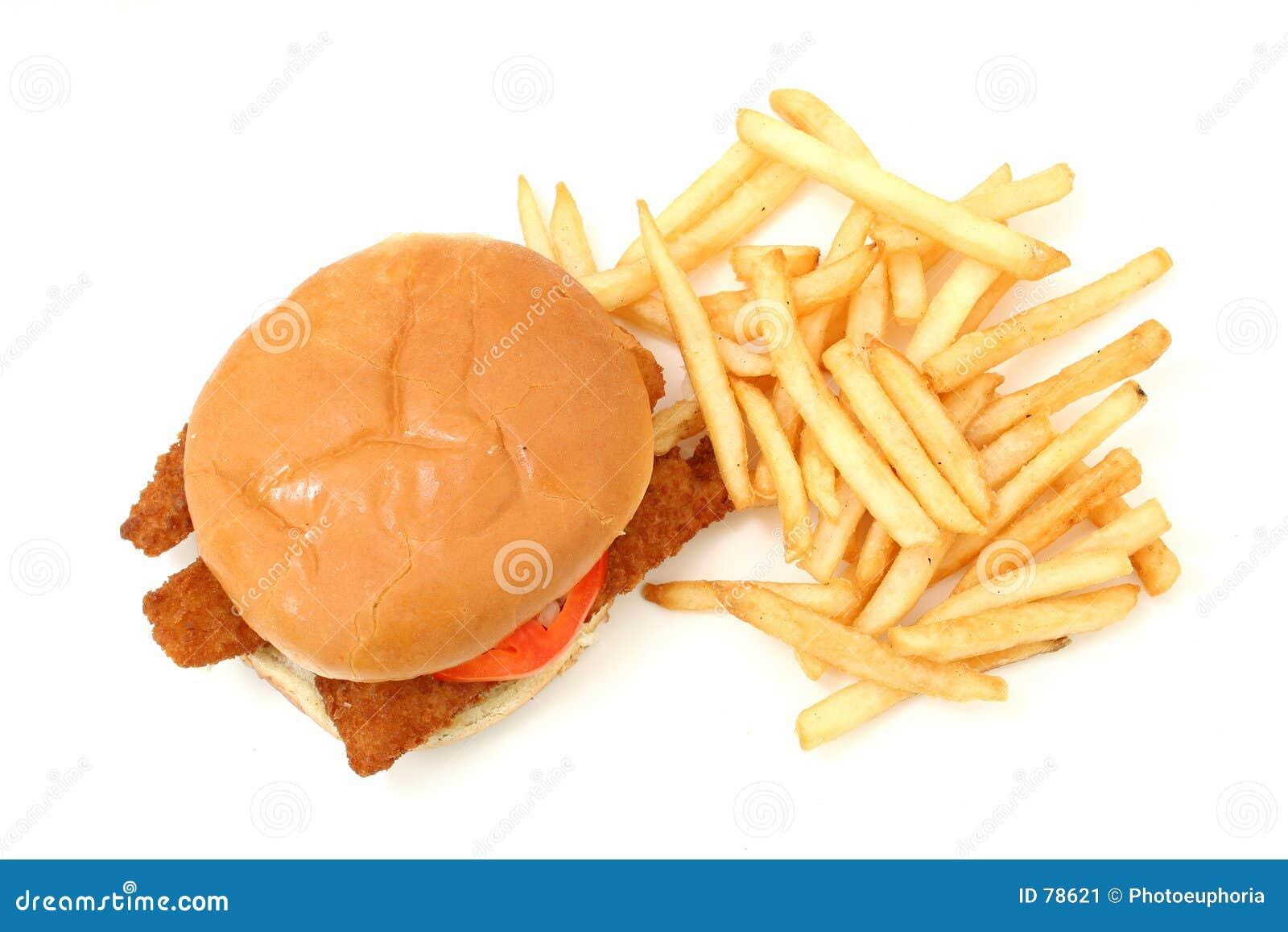 Sandwich et fritures frits croustillants à poissons au-dessus du fond blanc