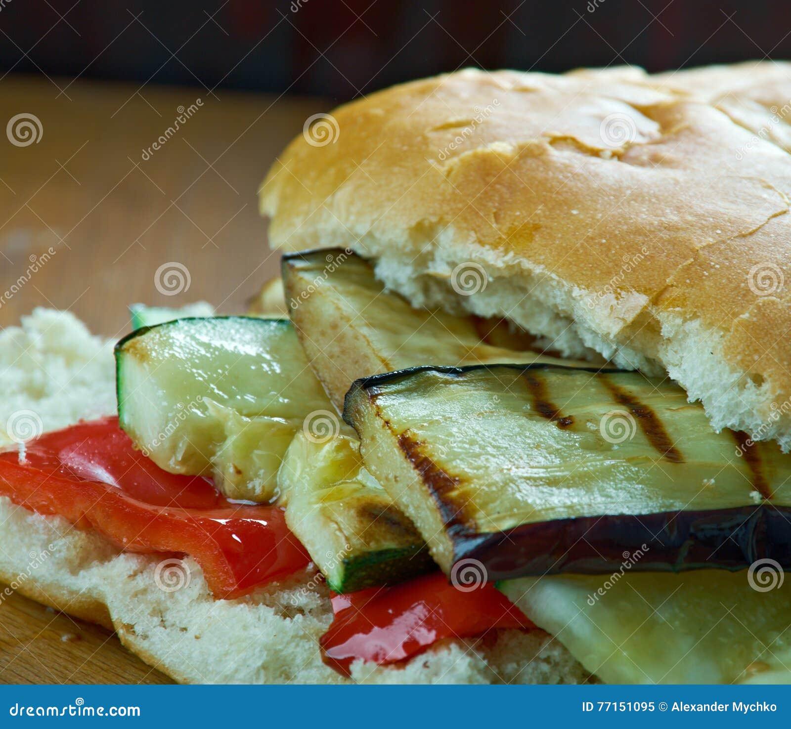 Sandwich grillé à Muffuletta de ratatouille