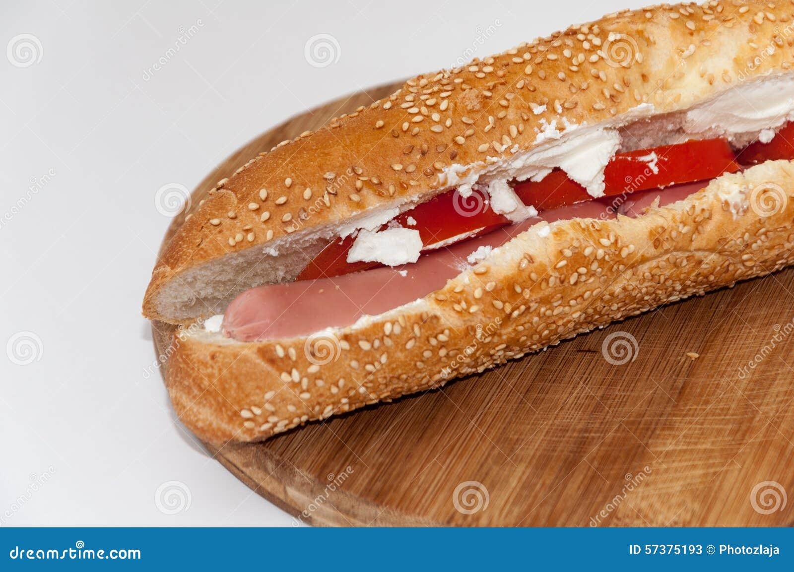 Sandwich met witte de kaasgraangewassen van de hotdogtomaat