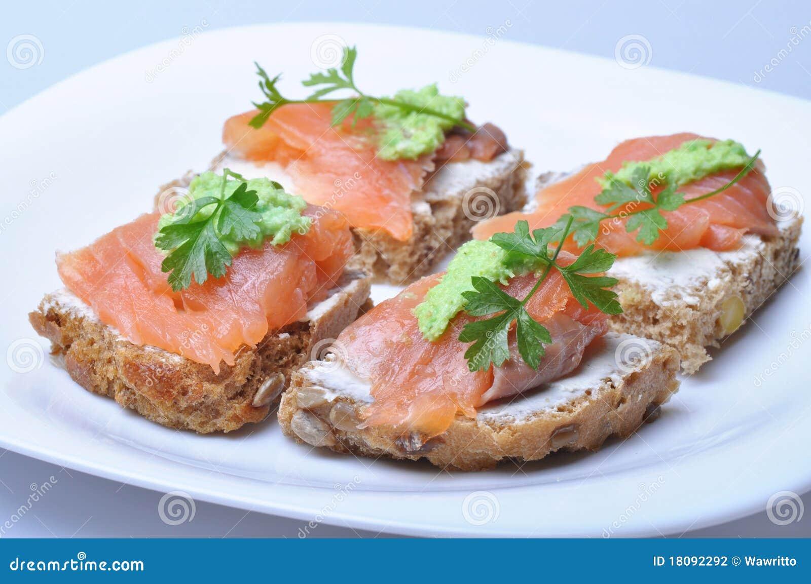 Sandwich mit geräucherten Lachsen