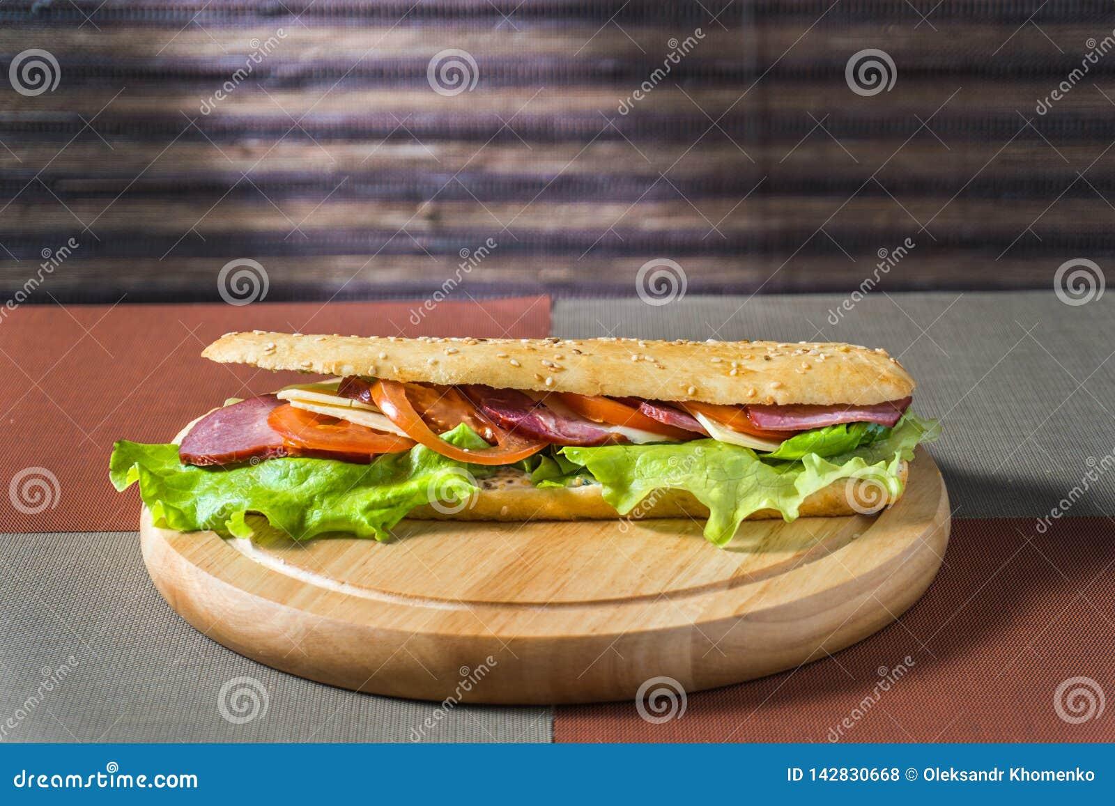 Sandwich mit Schinken und Frischgemüse