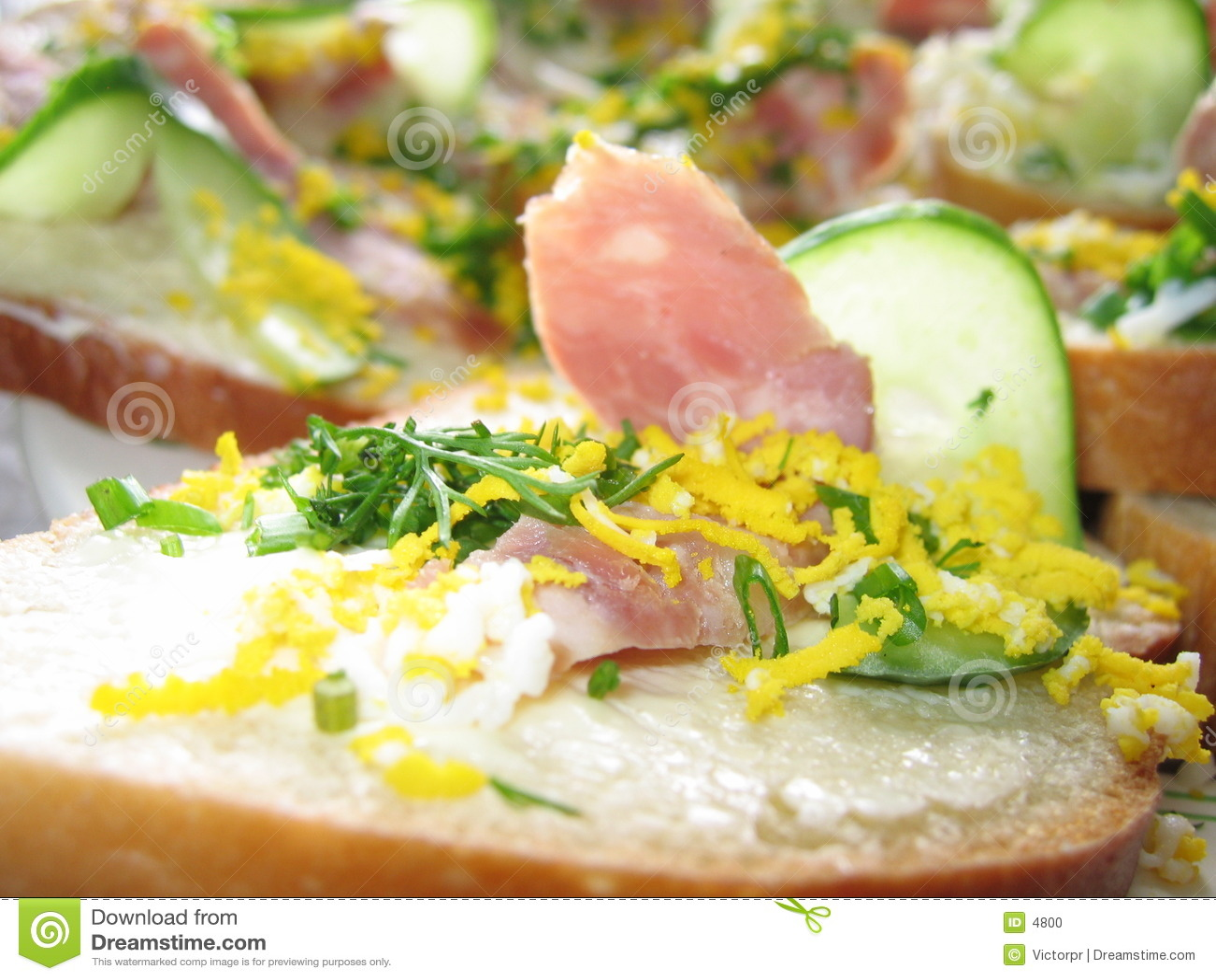 Sandwich mit Schinken und Gurke