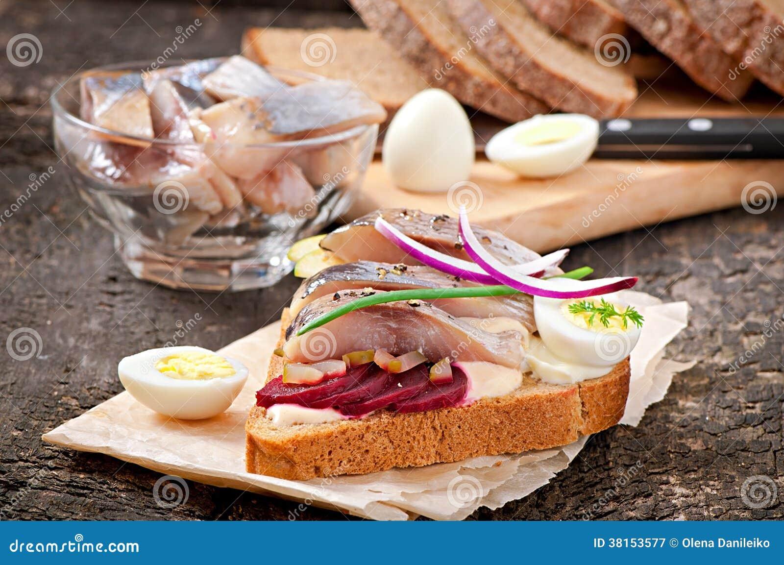 Sandwich van roggebrood met haringen