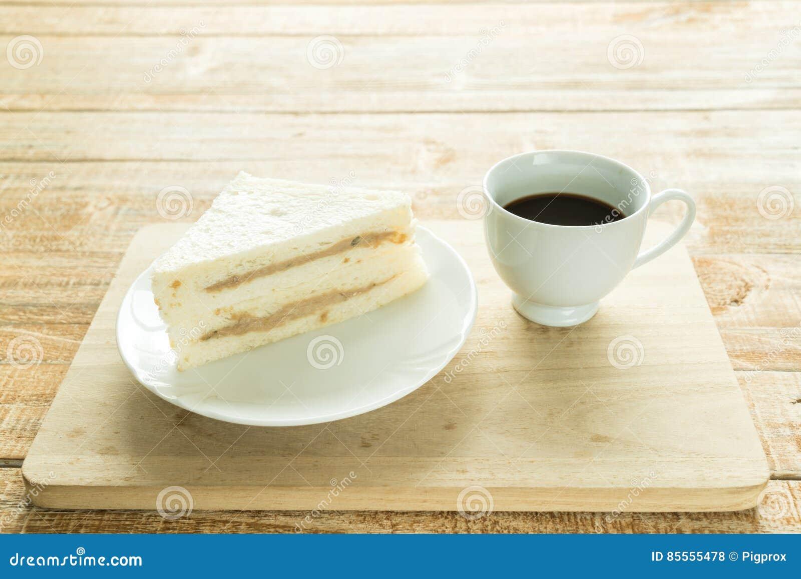 Sandwiche auf dem hölzernen Hintergrund