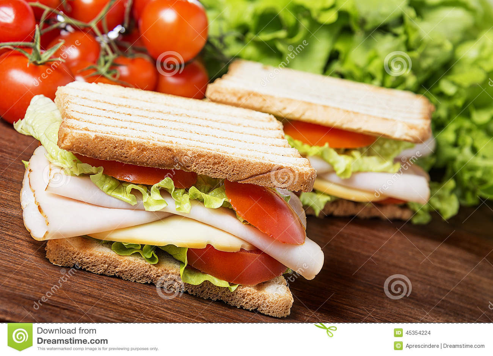 Sandwiche auf hölzerner Tabelle