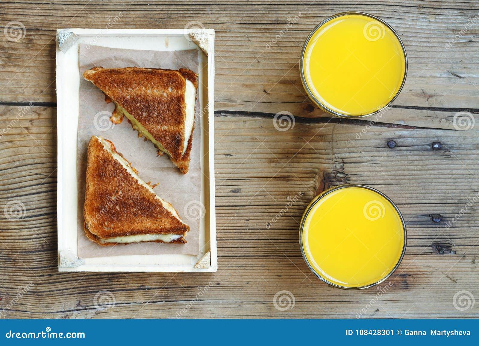 Sandwiche mit Käse und Orangensaft Gesunde Nahrung Frühstückssnack