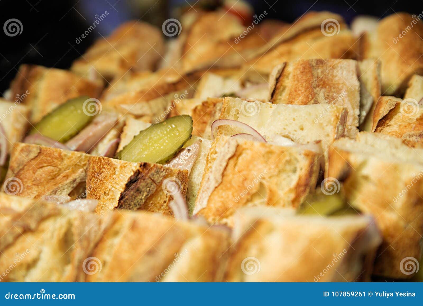 Sandwiches met ingelegde komkommer, ham en uien