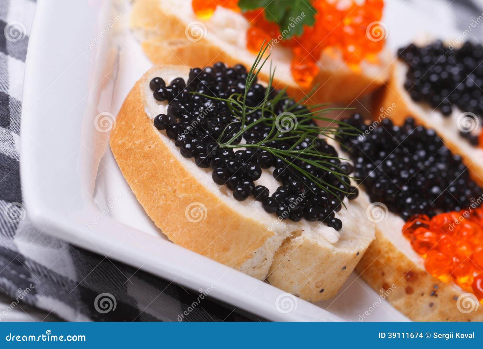 Sandwiches met zwarte en rode kaviaar