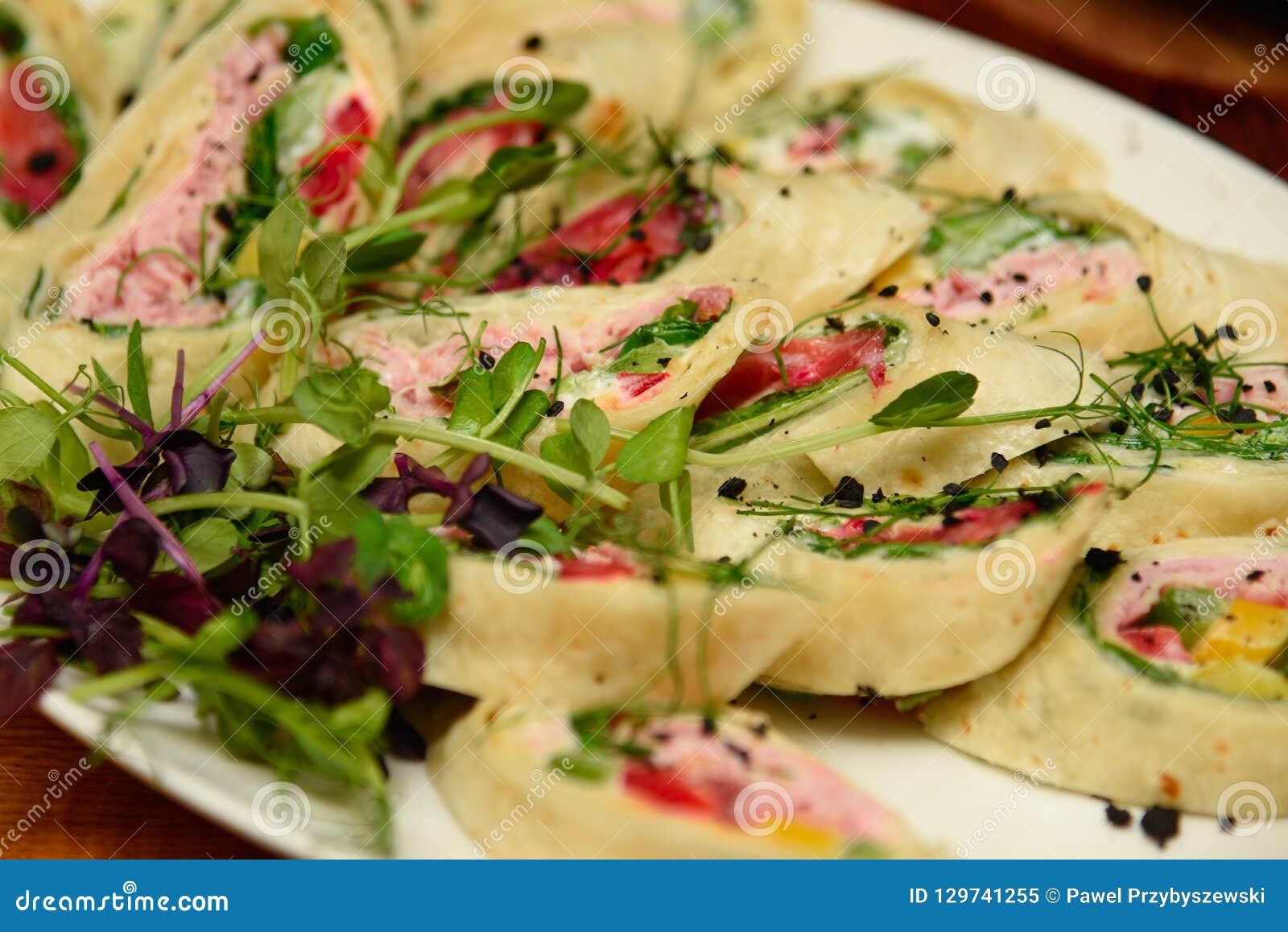 Sandwichs à enveloppe de thon avec des épinards et des légumes du plat