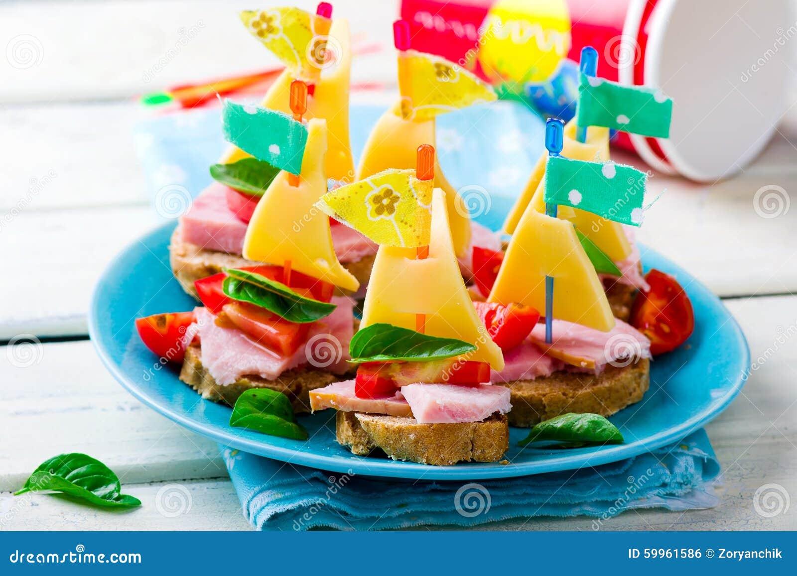 Sandwichs à jambon et à fromage sous forme de bateaux