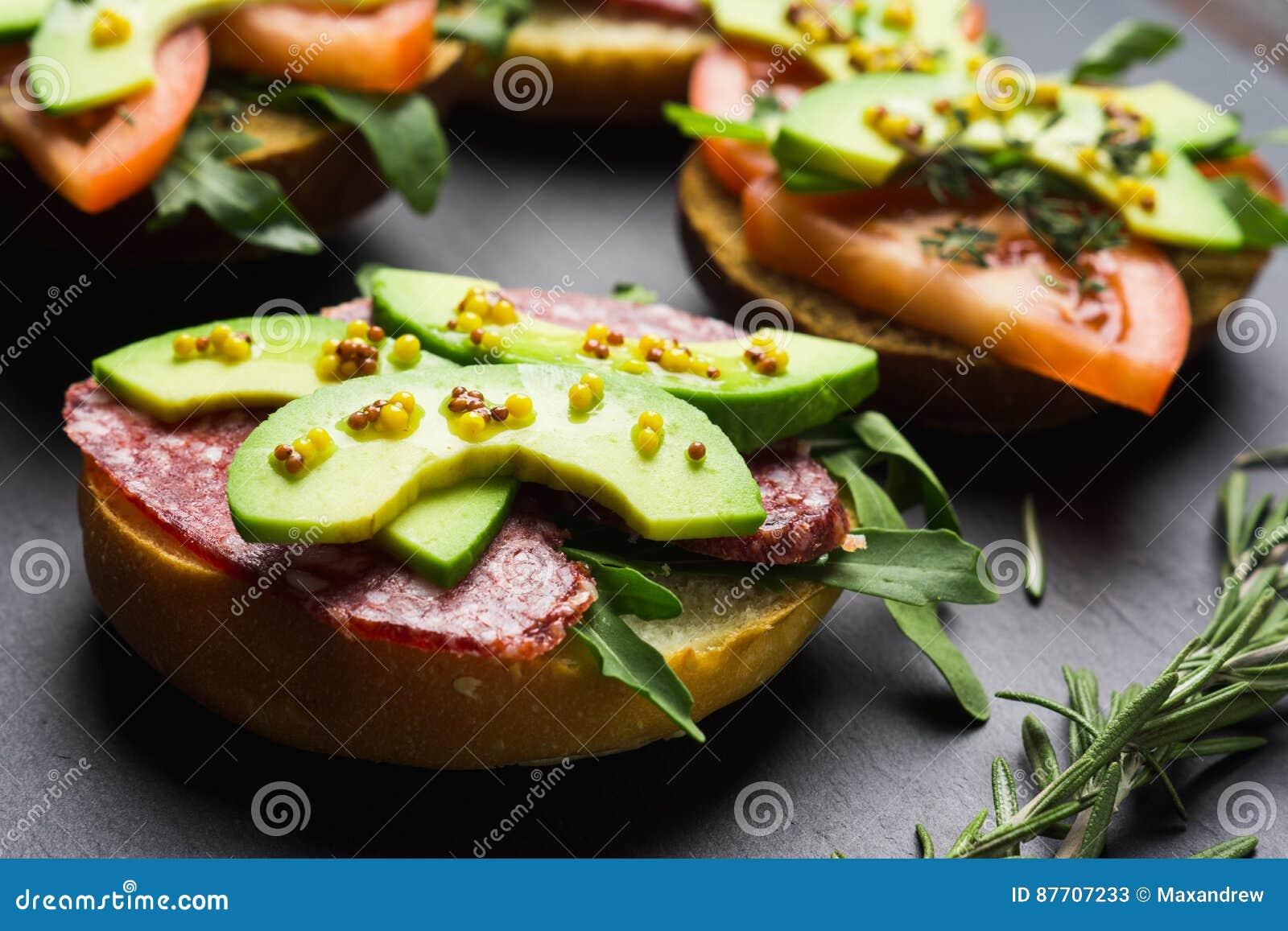 Sandwichs avec le salami, l avocat et les herbes