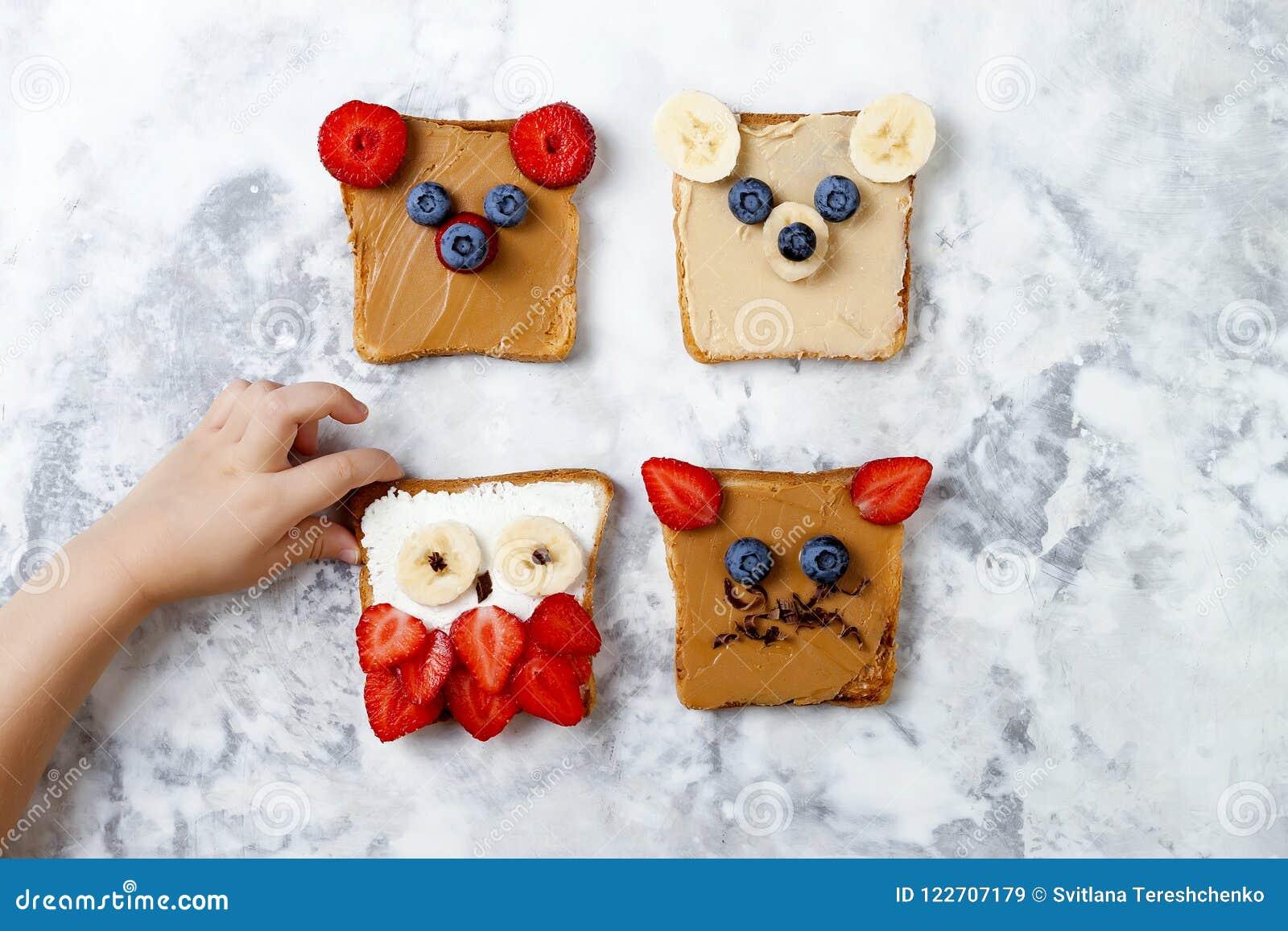 Sandwichs drôles sains à visage pour des enfants L animal fait face au pain grillé avec du beurre d arachide et d anarcadier, ric