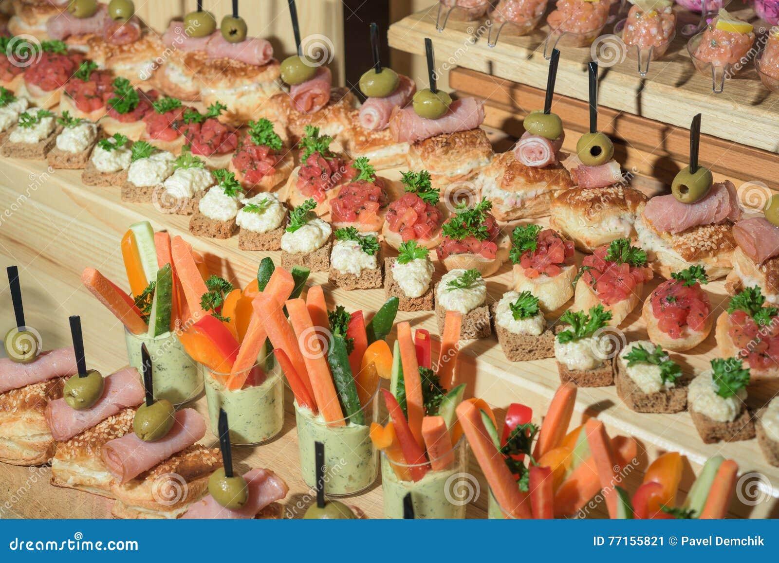 Sandwichs sur la table de vacances dans le restaurant