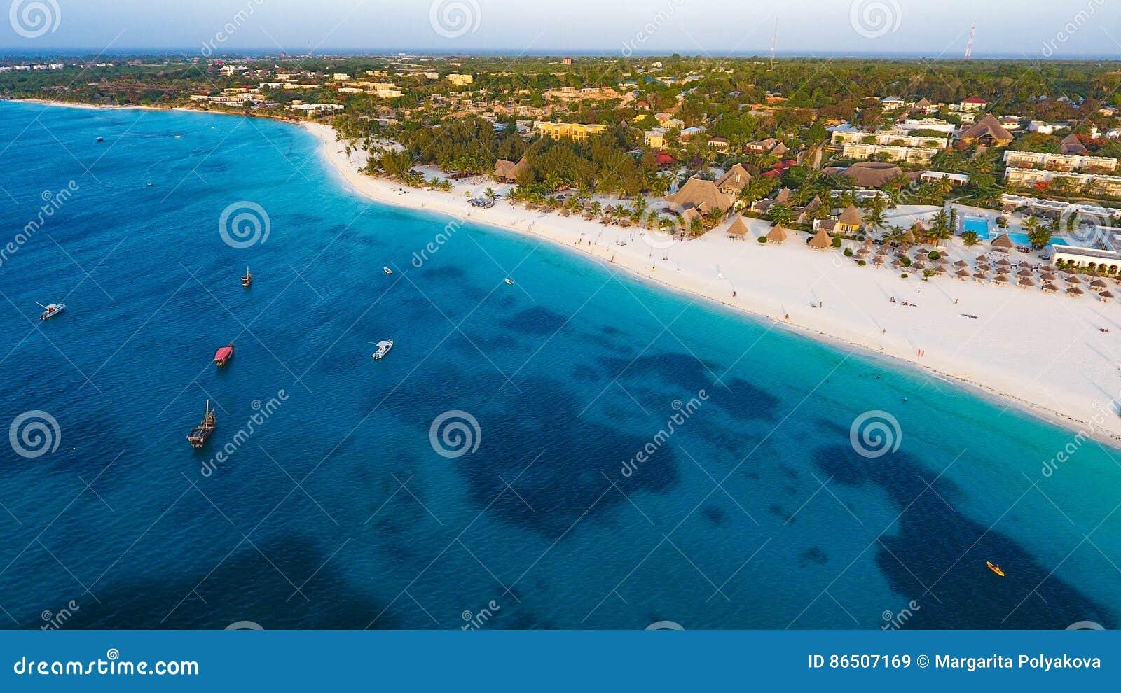 Sandy Beach branco de Zanzibar