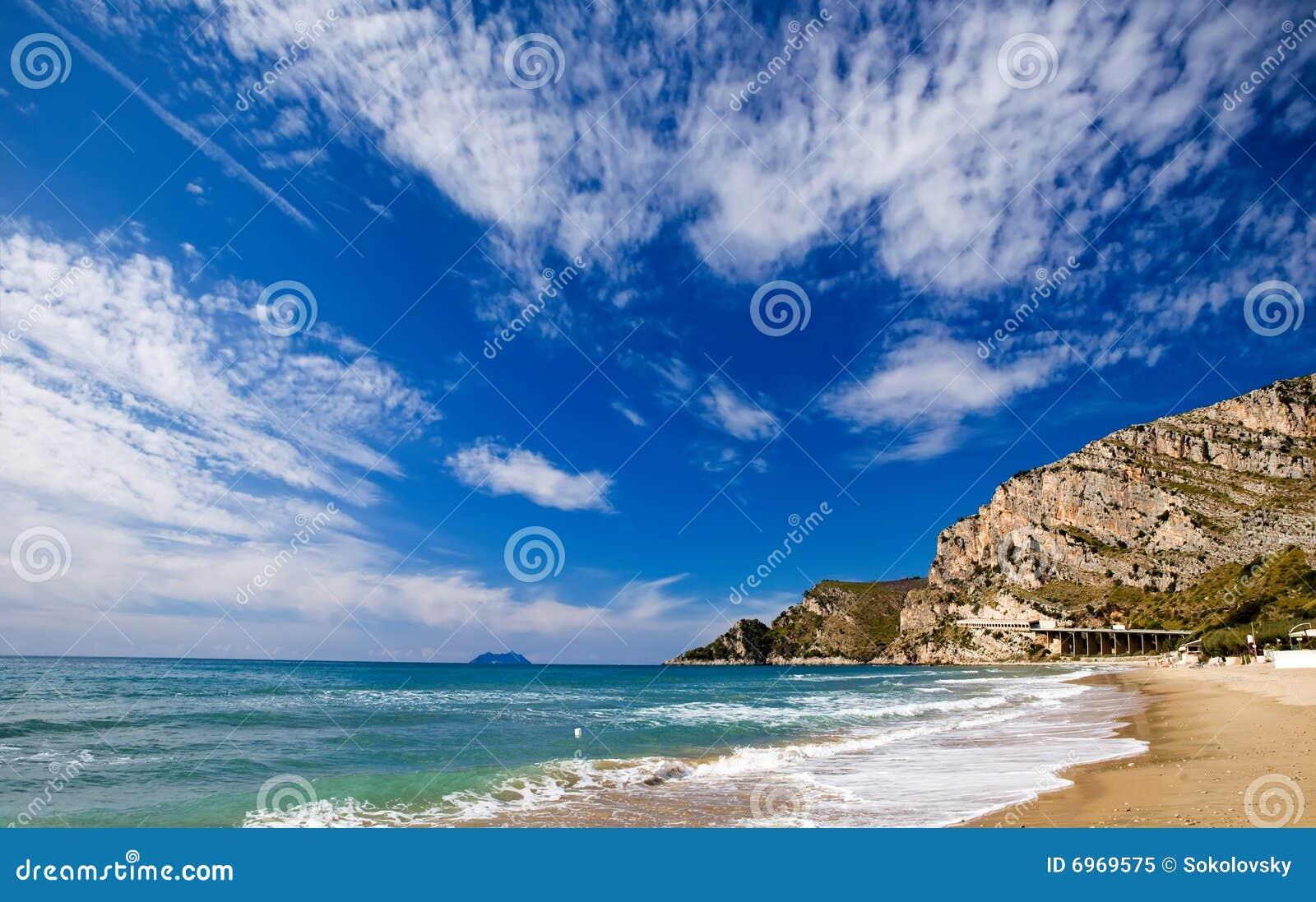 Sandy-Strand entlang der Küste